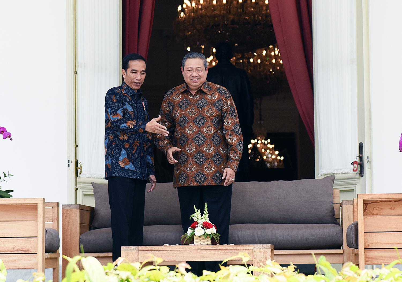 Presiden Jokowi menyambut hangat kunjungan Presiden RI ke-6 Susilo Bambang Yudhoyono, di Istana Merdeka, Jakarta, Kamis (9/3) siang. (Foto: Agung/Humas)