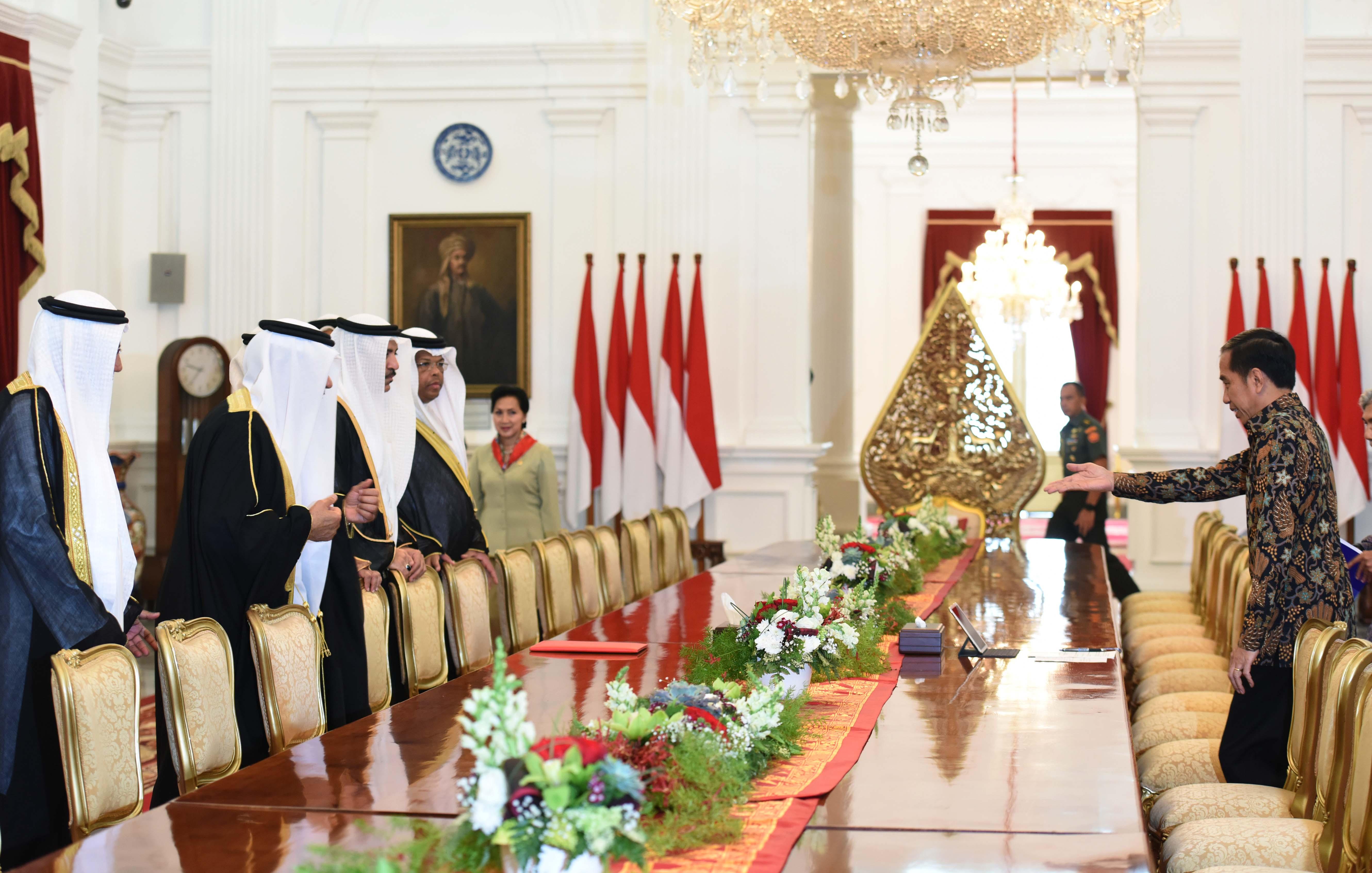 Presiden Jokowi saat menerima kunjungan kehormatan Parlemen Bahrain yang dipimpin ketuanya Ahmed bin Ibrahim Rashed Almulla, di Istana Merdeka, Jakarta, Jumat (31/3). (Foto: Humas/Jay)