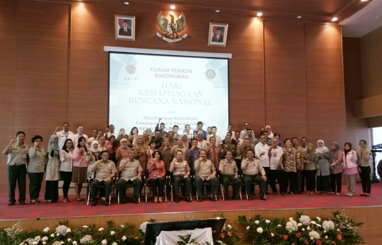 BNPB Head Willem Rampangilei takes picture with participants of the Forum at BNPB Building, Jakarta, Thursday (30/3) (Photo by: Edi N/Public Relations Division)