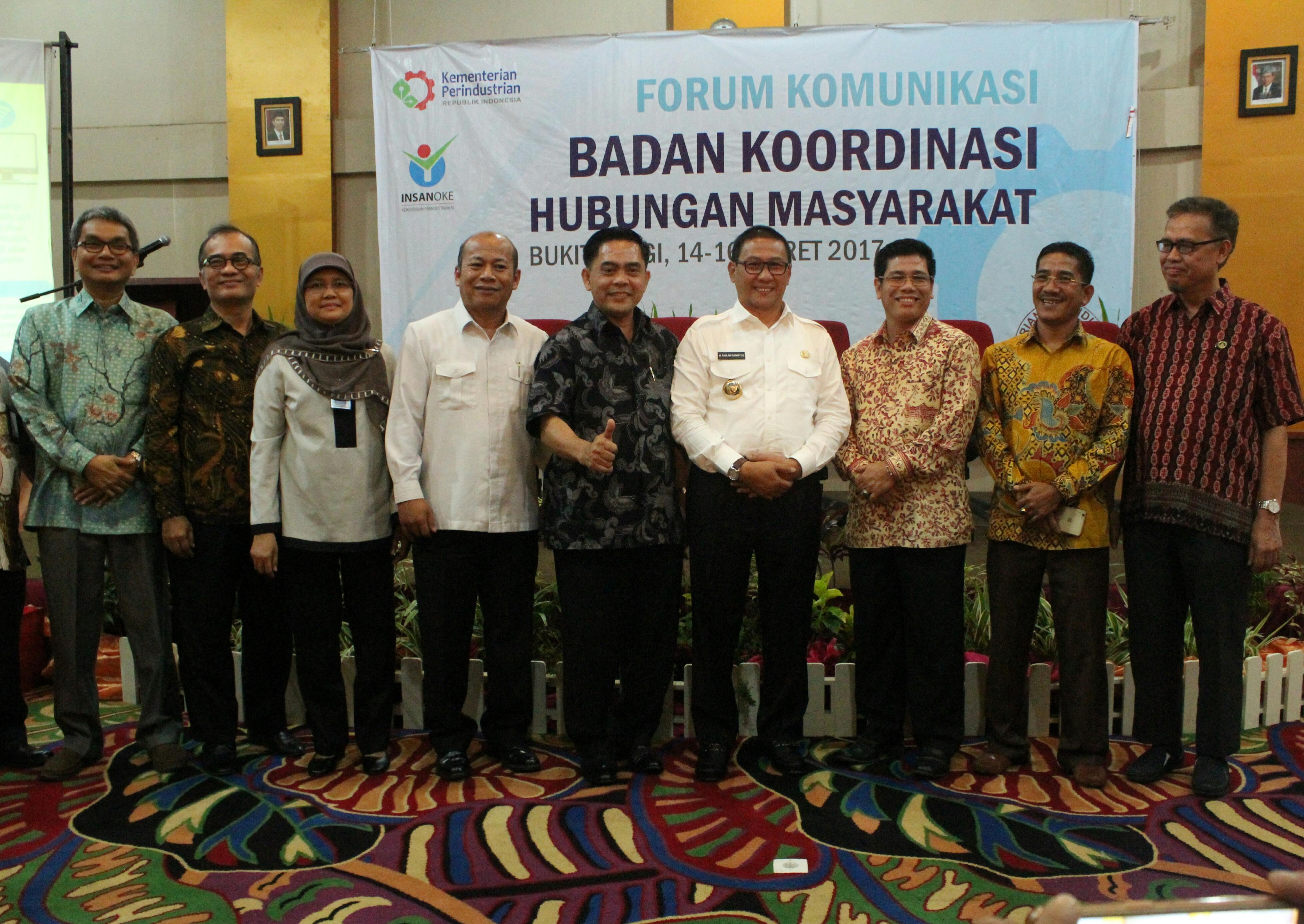 Walikota Bukittinggi Ramlan Nurmatias bersama pengurus Bakohumas, di Grand Rocky Hotel, Bukittinggi, Sumatera Barat, Rabu (15/3) siang. (Foto: Rahmi/Humas)