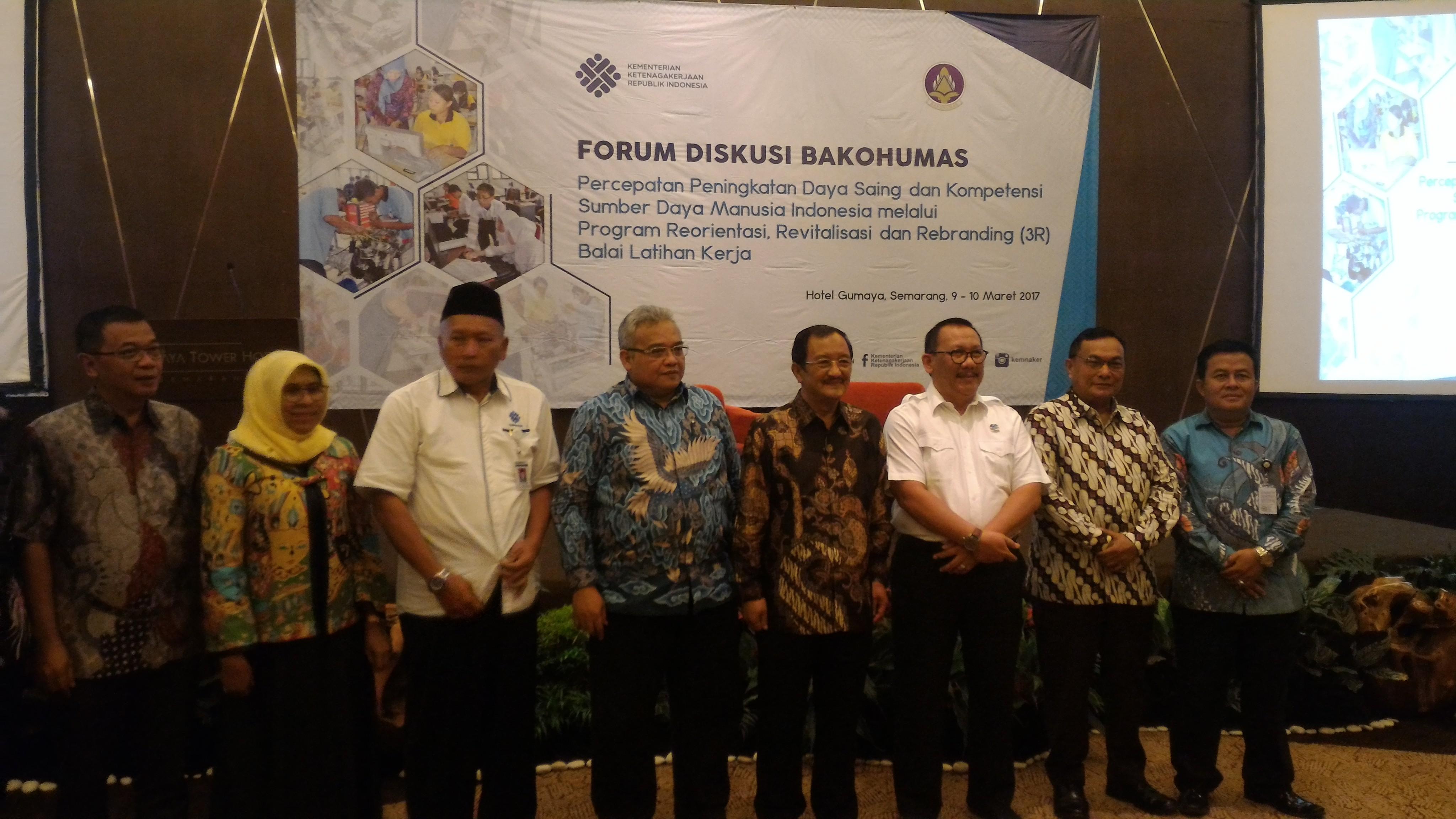 Irjen Kemenaker Sunarno berfoto bersama Dirjen Binalattas, Asdep Humaspro Setkab, dan Direktur Kemitraan Komunikasi serta pejabat yang hadir pada Forum Bakohumas, di Hotel Gumaya, Semarang, Kamis (9/3) siang. (Foto: Edi N/Humas)