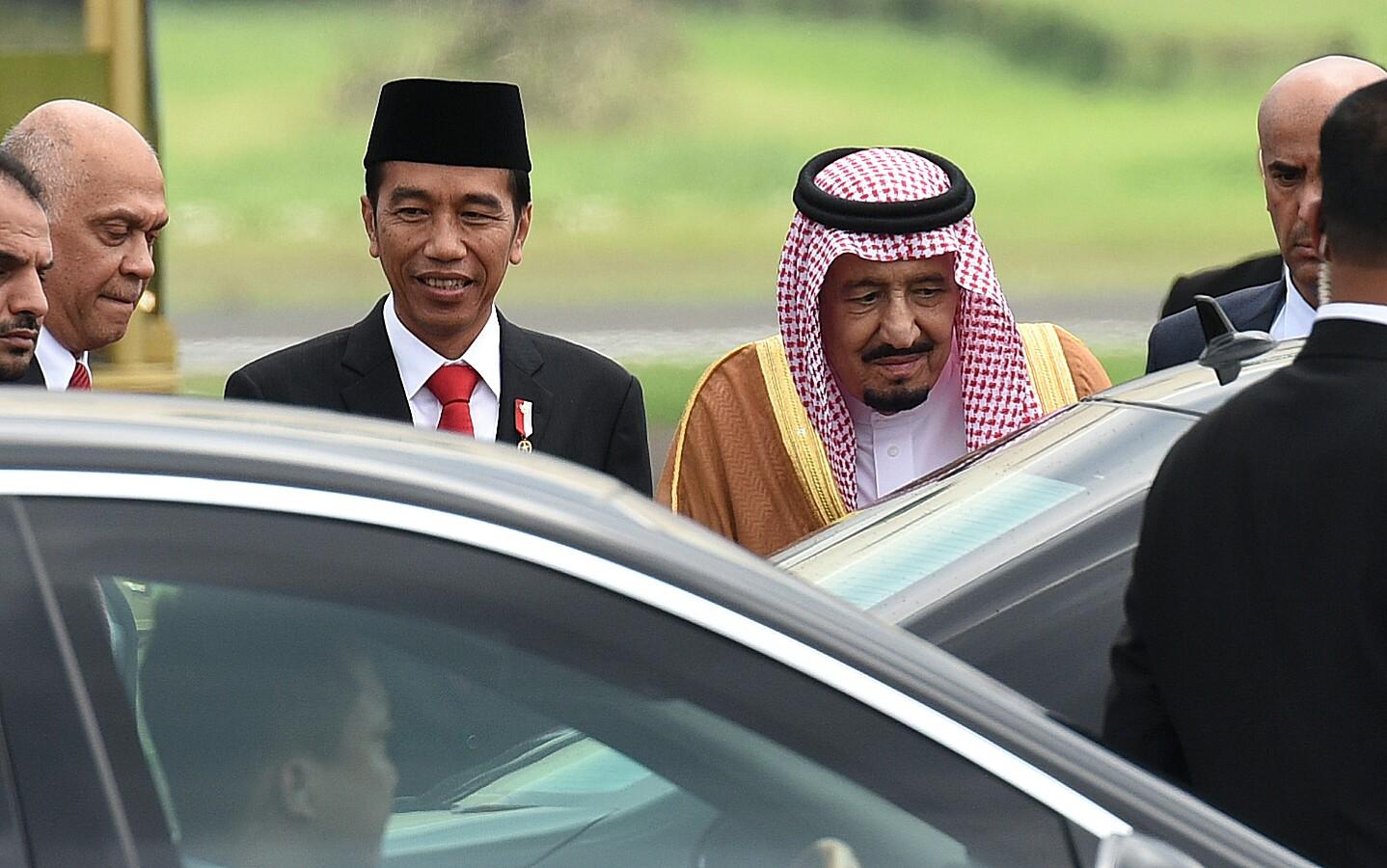 Presiden Jokowi mengantarkan Raja Saudi Arabia Salman Bin Abdul Aziz Al-Saud, saat tiba di Bandara Halim Perdanakusuma, Jakarta, Rabu (1/3) siang. (Foto: Rahmat/Humas)