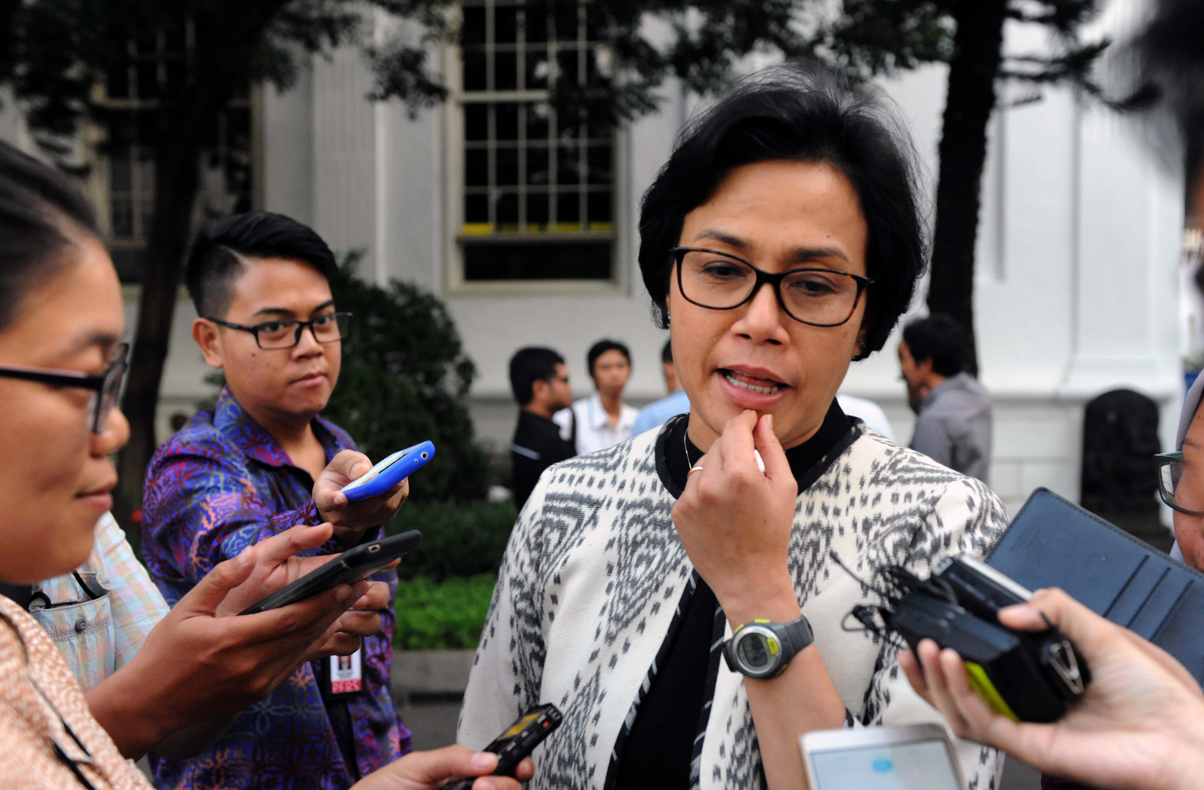 Finance Minister Sri Mulyani answers reporters' questions after attending a Plenary Cabinet Meeting at the State Palace in Jakarta on Wednesday (15/3). (Photo by: Public Relations Division/Jay)