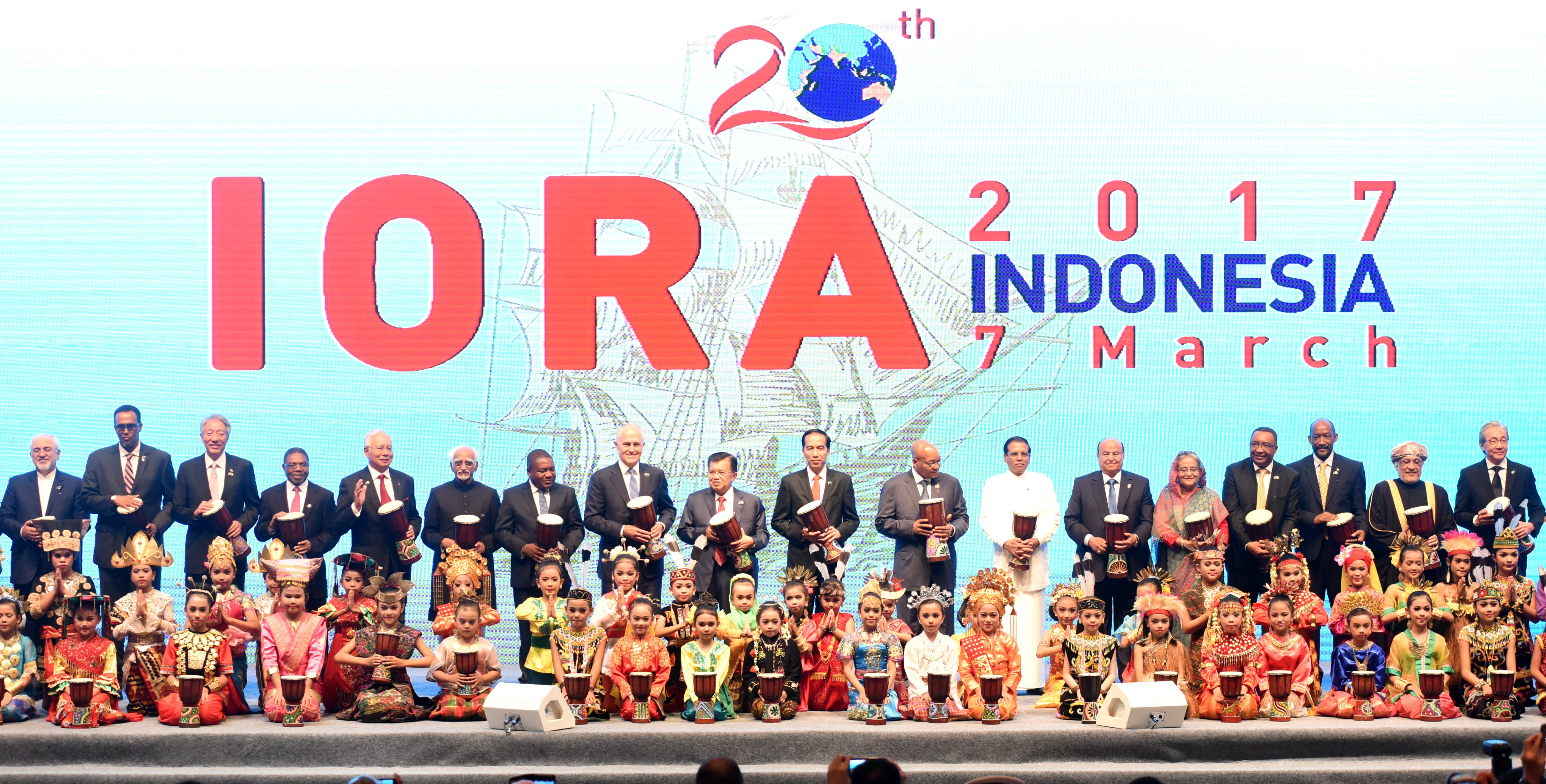 Presiden Jokowi dan Wakil Presiden Jusuf Kalla membawa tifa yang akan dipukul sebagai tanda pembukaan KTT IORA, di JCC Jakarta, Selasa (7/3) pagi. (Foto: Rahmat/Humas)