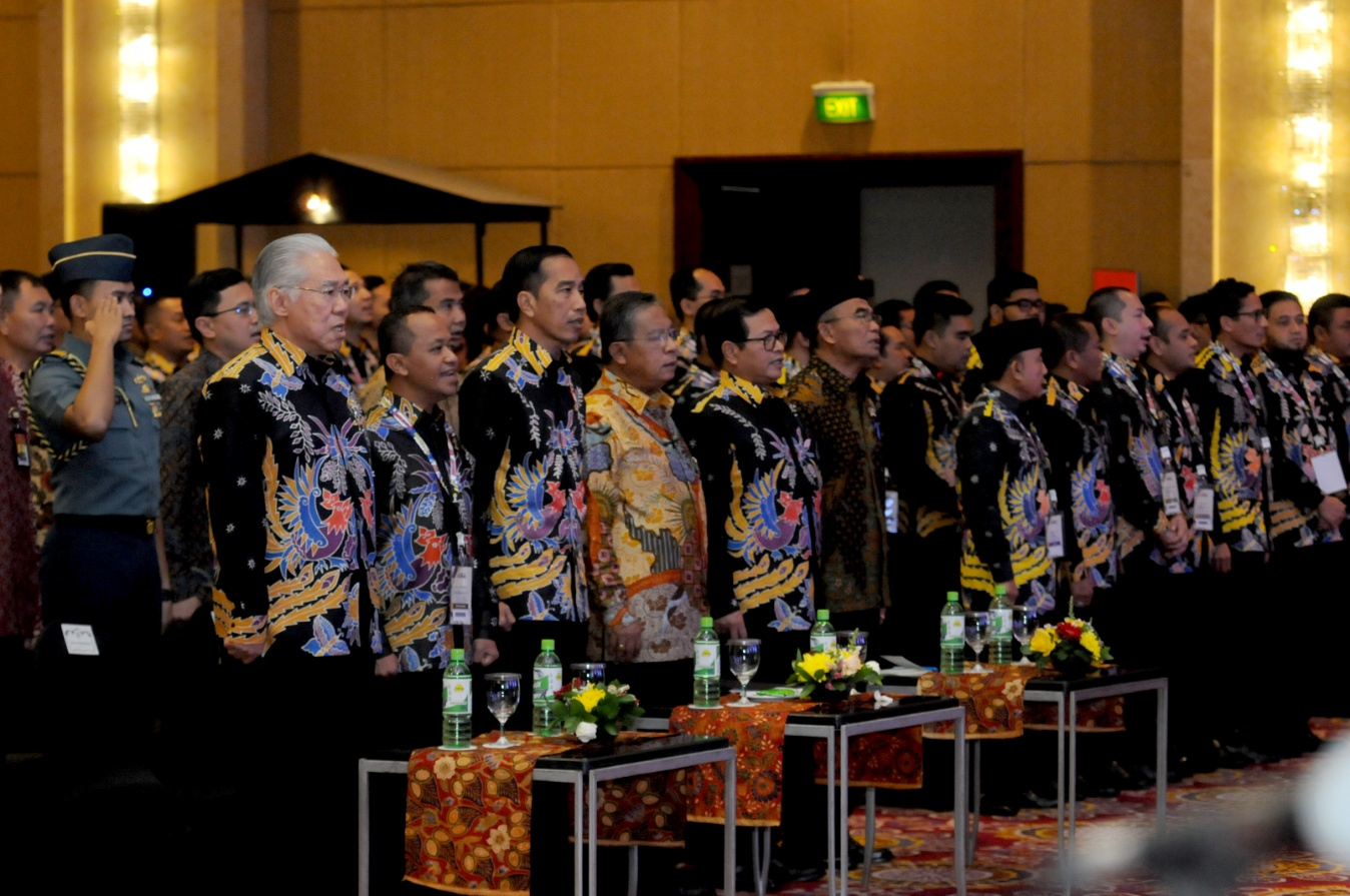 President Jokowi and participants of 16th National Working Meeting of HIPMI sing national anthem Indonesia Raya at Ritz Carlton Hotel, Mega Kuningan, Jakarta, Monday (27/3). (Photo by: Public Relations Division/Oji)