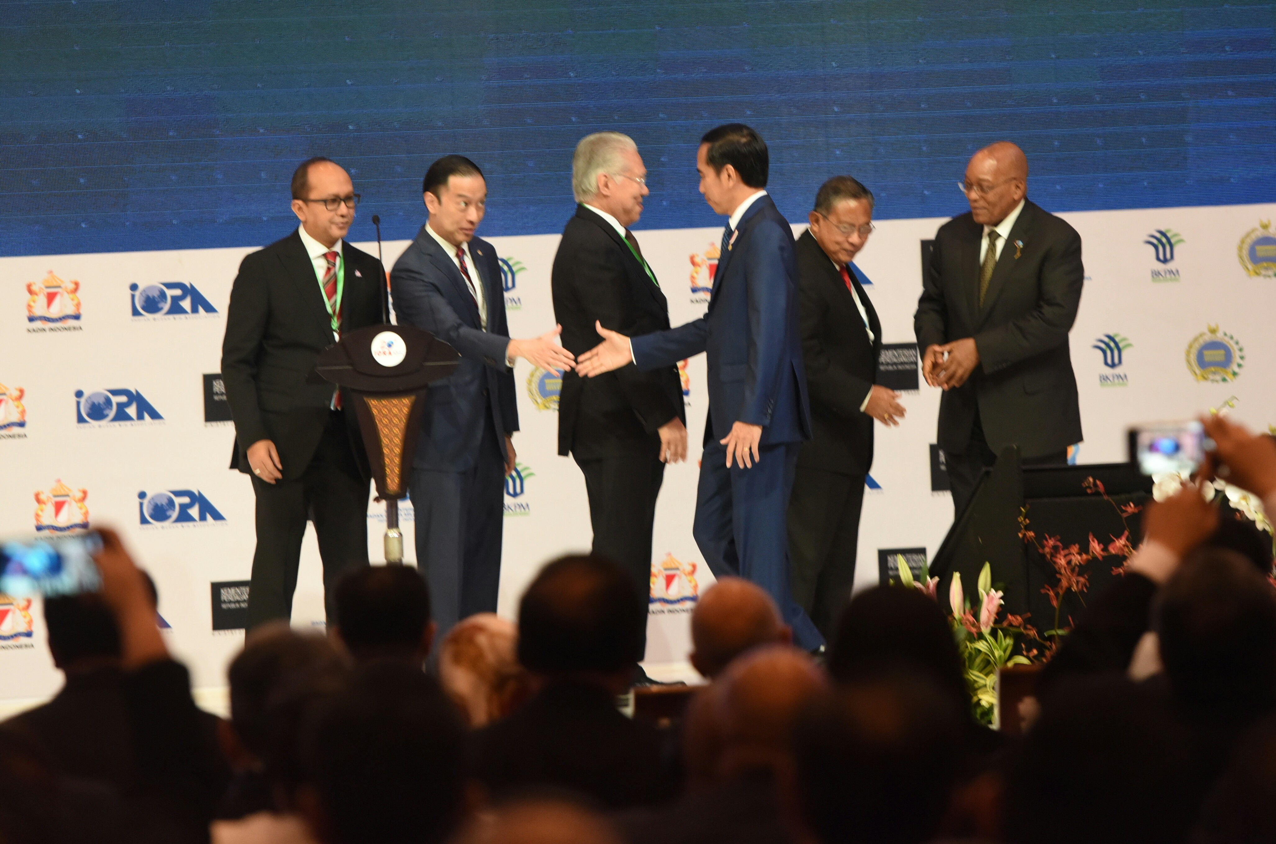 President Jokowi shakes hands with a number of guests after delivering his remarks at the IORA Business Summit held at JCC Jakarta, Monday (6/3) (Photo by: Rahmat/Public Relations Division)