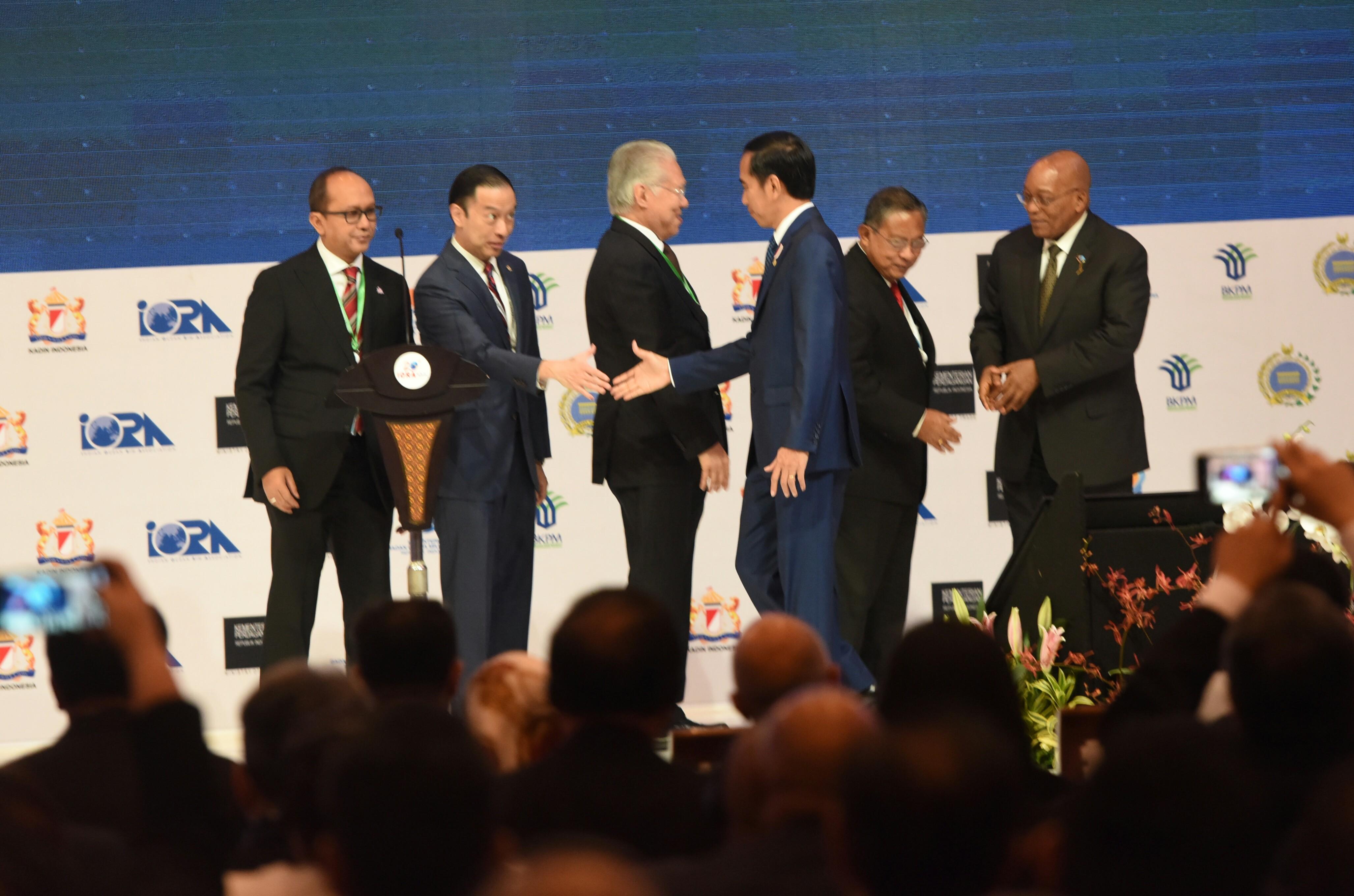 Presiden Jokowi memberikan ucapan selamat kepada sejumlah pihak usai memberikan sambutan pada pembukaan Business Summit IORA, di JCC Jakarta, Senin (6/3) siang. (Foto: Rahmat/Humas)