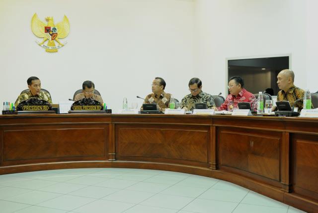 Presiden Jokowi saat menyampaikan pengantar pada Rapat Terbatas tentang Evaluasi Pelaksanaan Proyek Strategis Nasional dan Program Prioritas di Provinsi Kalimantan Barat, di Kantor Presiden, Jakarta, Selasa (14/3) sore. (Foto: Humas/Rahmat)