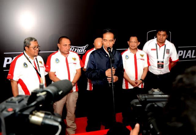 Presiden Jokowi memberikan keterangan pers usai menyaksikan pertandingan final Piala Presiden 2017 di Stadion Pakansari, Cibinong, Kabupaten Bogor, Minggu (12/3) malam. (Foto: Humas/Fitri)