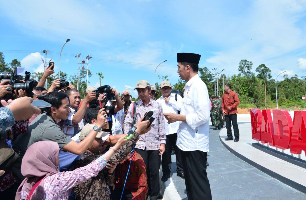 Presiden Jokowi menjawab wartawan usai meresmikan Pos Lintas Batas Negara (PLBN) Badau, di Kabupaten Kapuas Hulu, Kalbar, Kamis (16/3) lalu