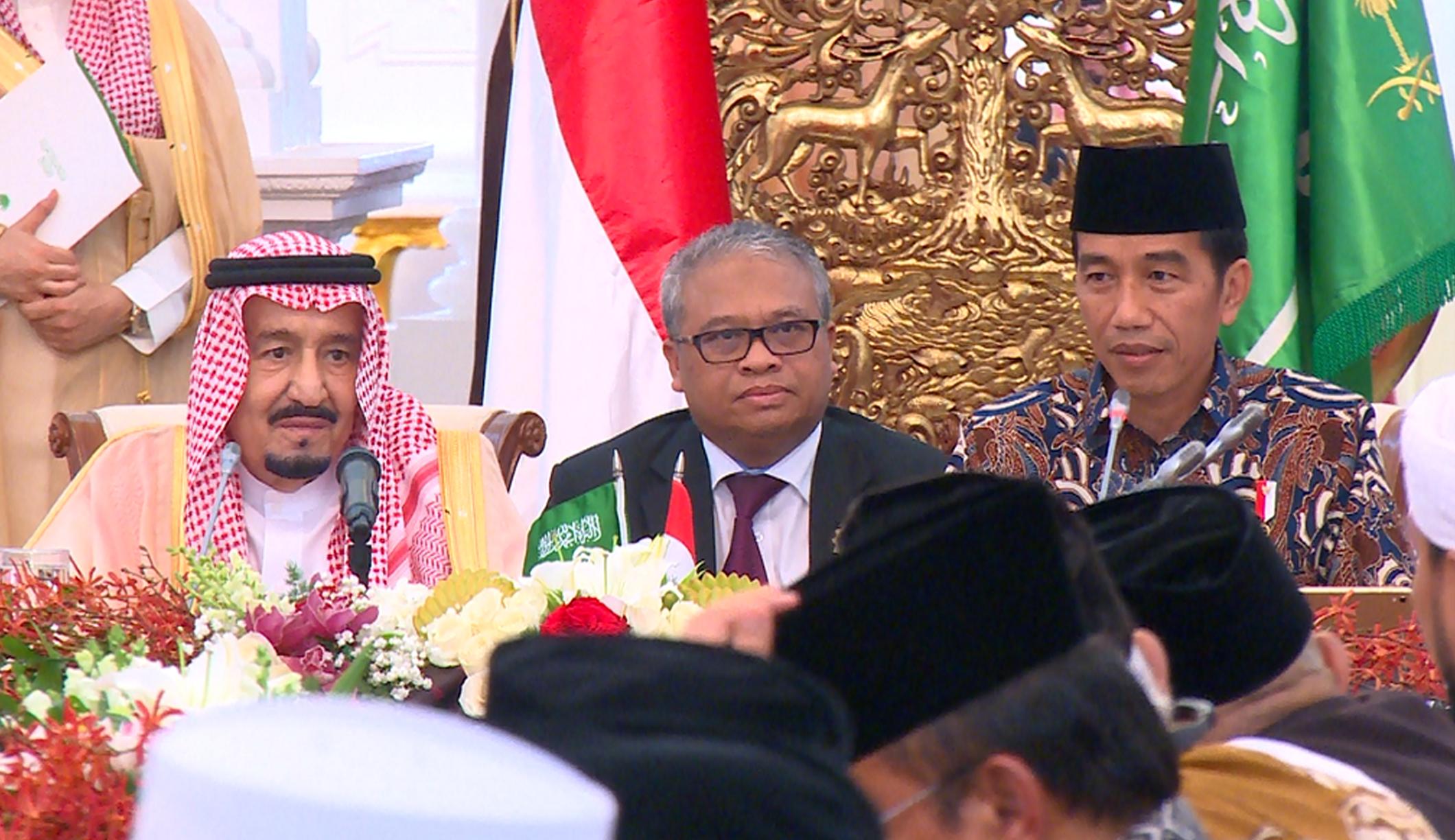 Presiden Jokowi mendampingi Raja Arab Saudi Salman bin Abdul Aziz Al-Saud dalam pertemuan dengan para ulama, di Istana Merdeka, Jakarta, Kamis (2/3) sore. (Foto: JAY/Humas)