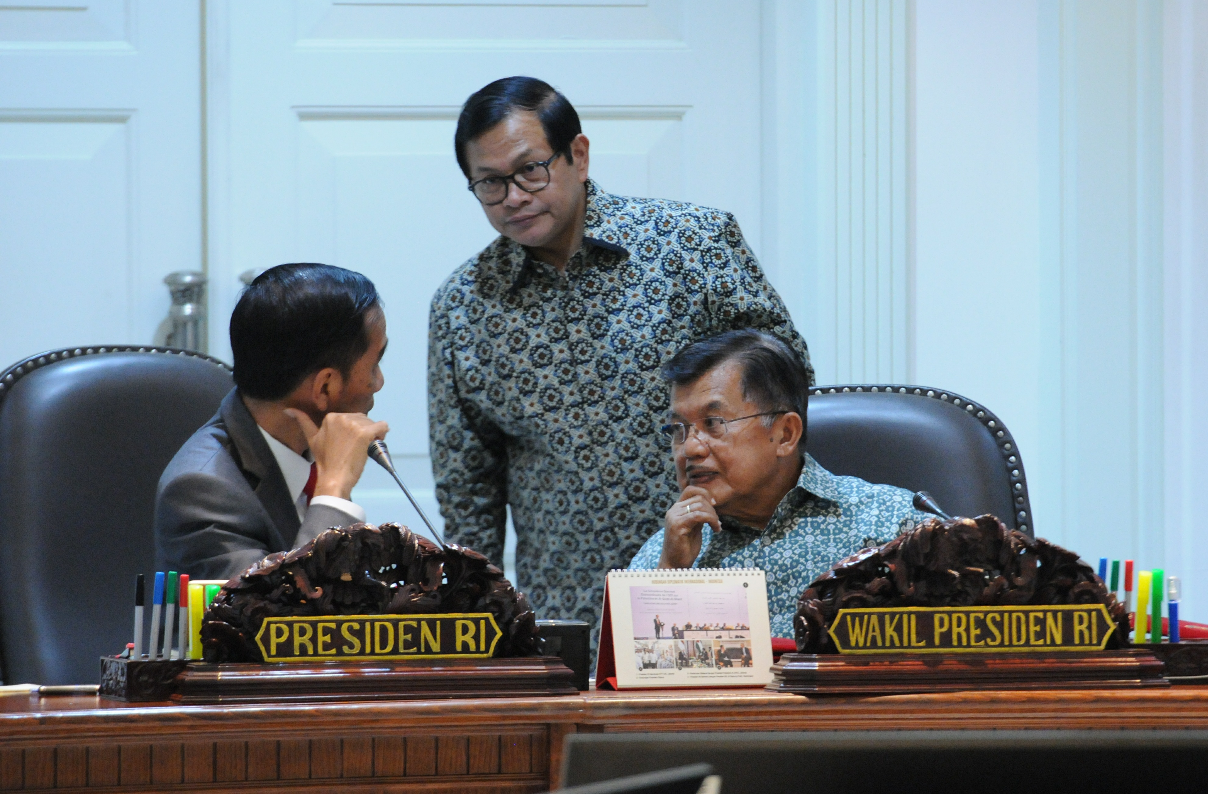 President Jokowi has discussions with Vice President Jusuf Kalla and Cabinet Secretary Pramono Anung before a closed meeting at the Presidential Office, Jakarta, Wednesday (29/3) afternoon. (Photo: JAY/PR)