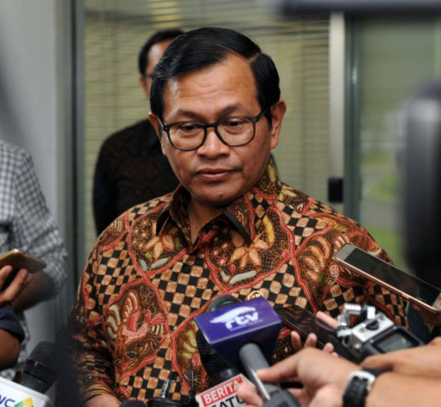 Cabinet Secretary Pramono Anung answers reporters' questions after a limited cabinet meeting at the Presidential Office, Jakarta, Thursday (9/3) afternoon. (Photo by: Public Relations Division/Jay)