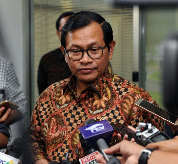 Seskab Pramono Anung menjawab pertanyaan wartawan yang mencegatnya usai rapat terbatas, di Kantor Presiden, Jakarta, Kamis (9/3) sore. (Foto: JAY/Humas)