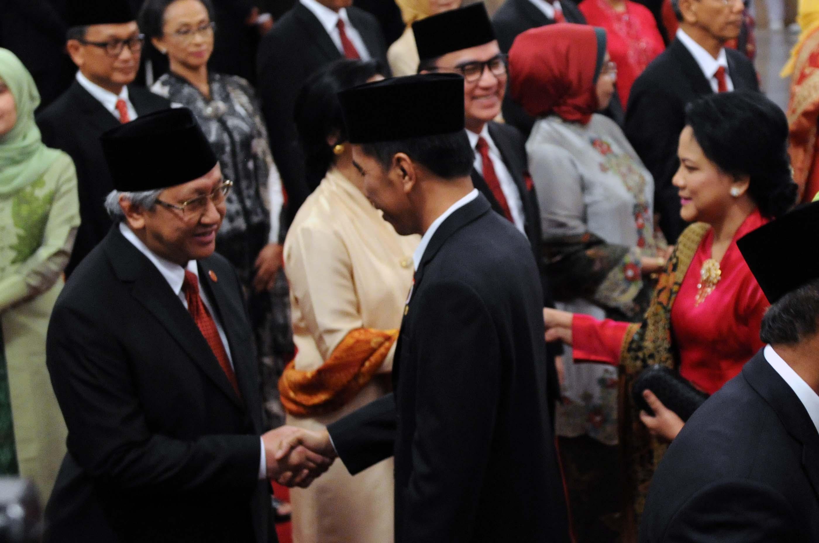 Presiden Jokowi didampingi Ibu Negara Iriana memberikan ucapan selamat kepada 17 dubes LBBP RI yang baru dilantiknya, di Istana Negara, Jakarta, Senin (13/3) siang. (Foto: JAY/Humas)