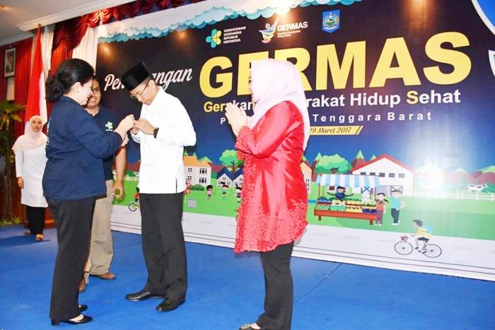 Menkes Nila F. Moloek menyematkan Pin kepada Gubernur NTB Zainul Majdi selaku Duta ASI Daerah, di Mataram, NTB, Rabu (29/3) siang.