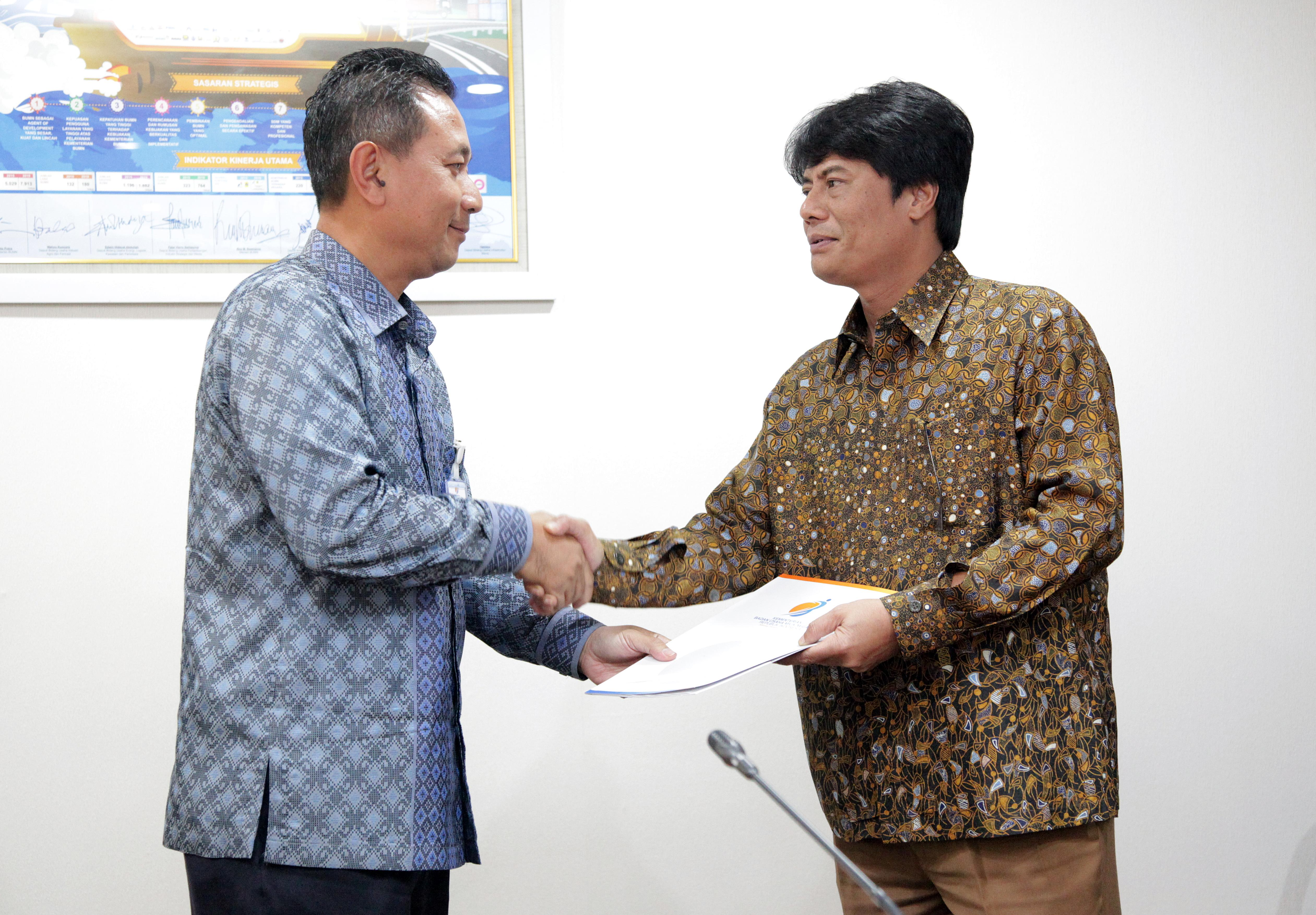 Deputy Minister of SOEs, Gatot Trihargo, hands over a copy of decree of the Minister of SOEs to the New President Director of PT Pertamina, Elia Massa Manik, at the Ministry of SOEs, Jakarta, Thursday (16/3) afternoon.
