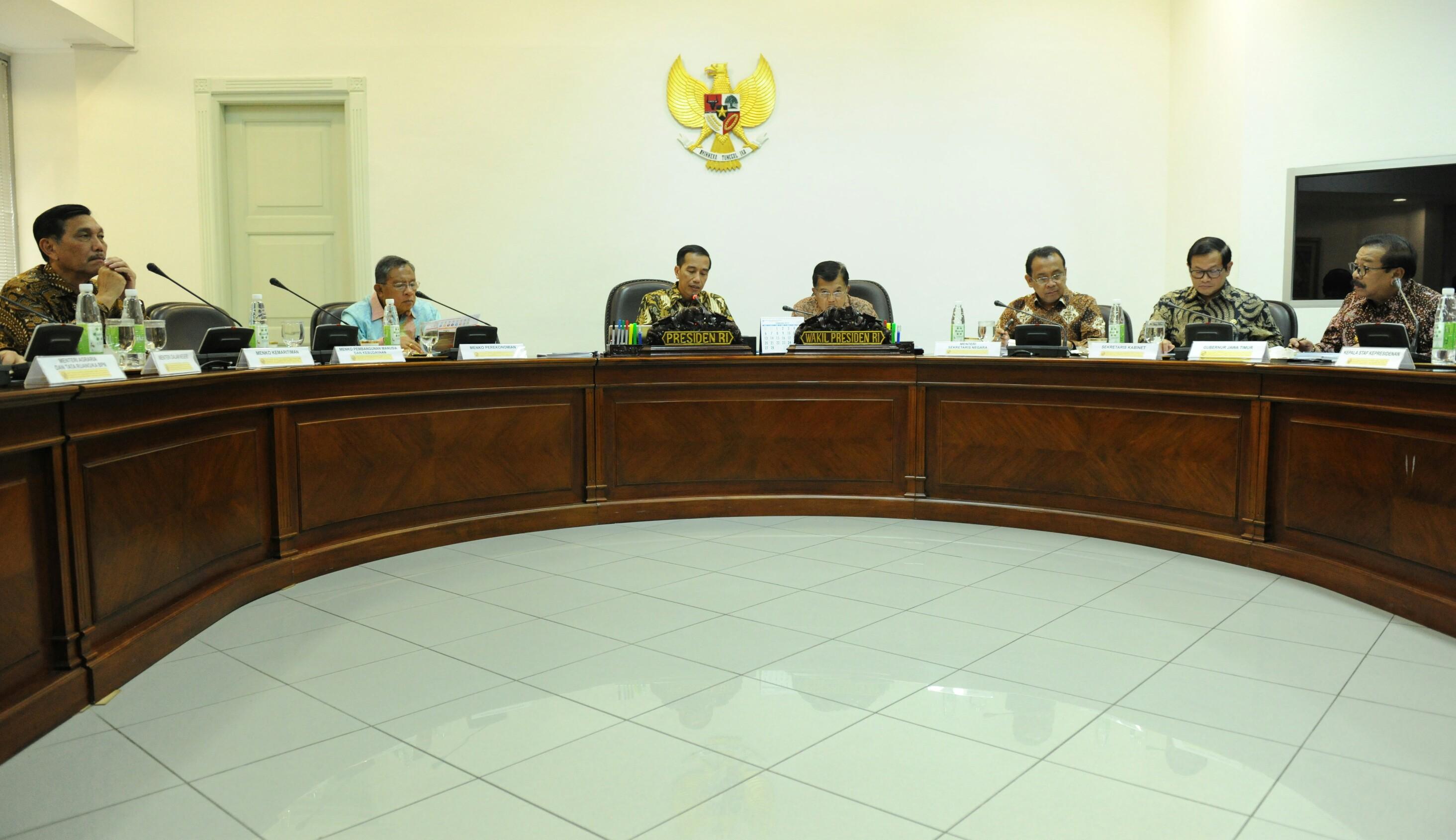 Gubernur Jatim Soekarwo (paling kiri) mengikuti rapat terbatas tentang Jawa Timur, yang dipimpin oleh Presiden Jokowi, di Kantor Presiden, Jakarta, Selasa (14/3) sore. (Foto: Rahmat/Humas)