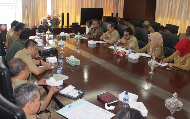 Gubernur Kaltim Awang Faroek Ishak memimpin rapat membahas rencana kunjungan ke daerah perbatasan, di kantor Gubernur, Samarinda, Selasa (14/3)