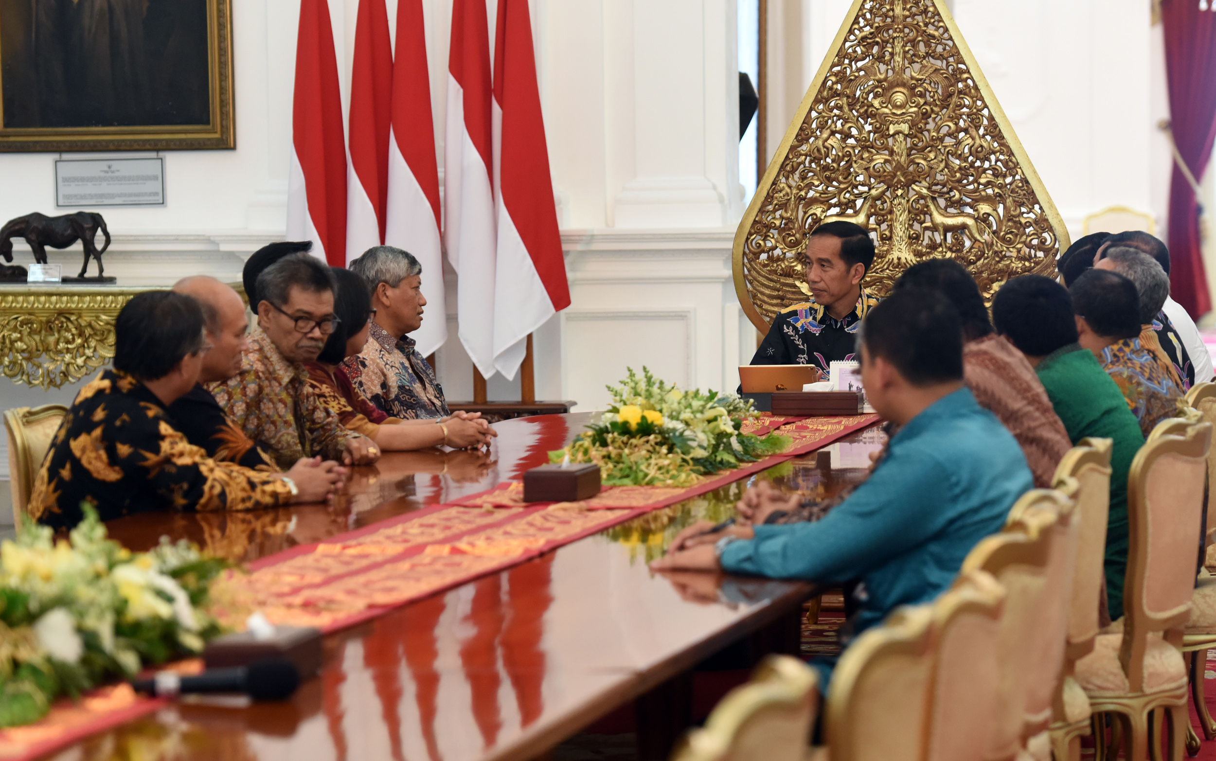 Ephorus of HKBP Darwin Lumbang Tobing and his entourage received by President Jokowi at the Merdeka Palace, Jakarta, Monday (27/3) afternoon (Photo: PR/Rahmat)