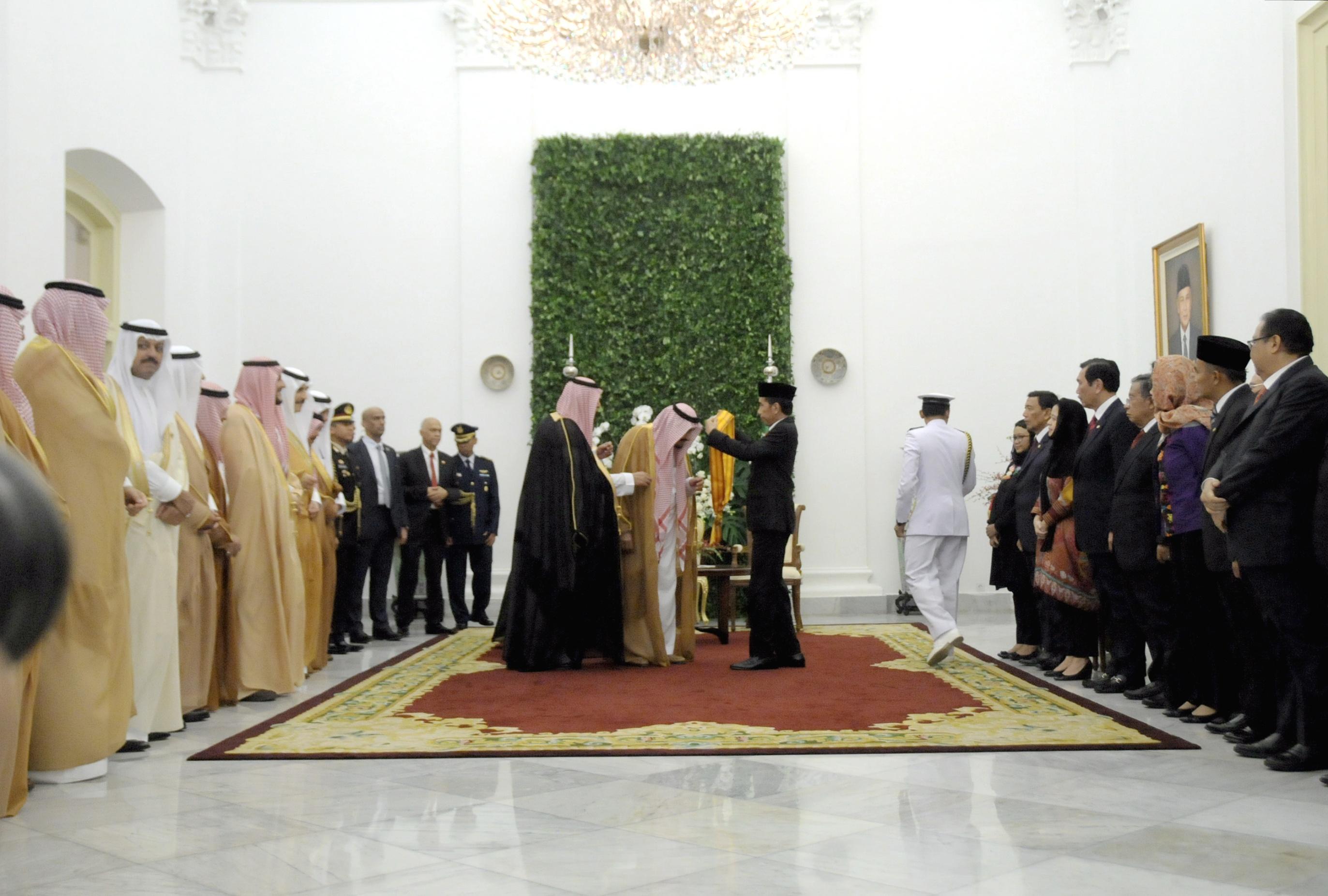 Presiden Jokowi menganugerahkan Tanda Kehormatan Bintang Republik Indonesia Adipurna kepada Raja Arab Saudi Salman bin Abdul Aziz al-Saud, di Istana Kepresidenan Bogor, Jawa Barat, Rabu (1/3). (Foto: Humas/Oji)