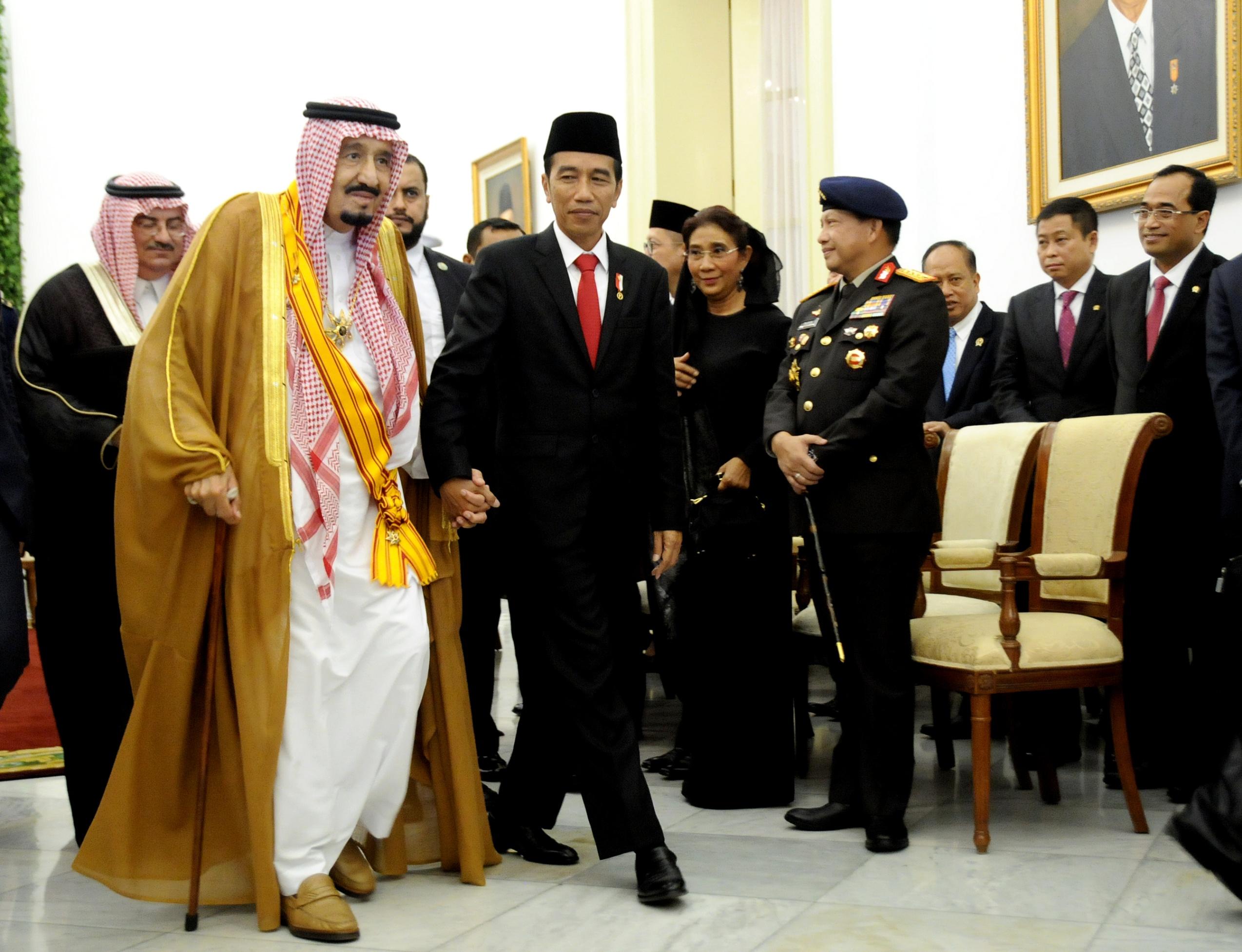 Presiden Jokowi bergandengan dengan Raja Salman dalam rangkaian kunjungan kenegaraan di Istana Kepresidenan Bogor, Jawa Barat, Rabu (1/3). (Foto: Humas/Agung)