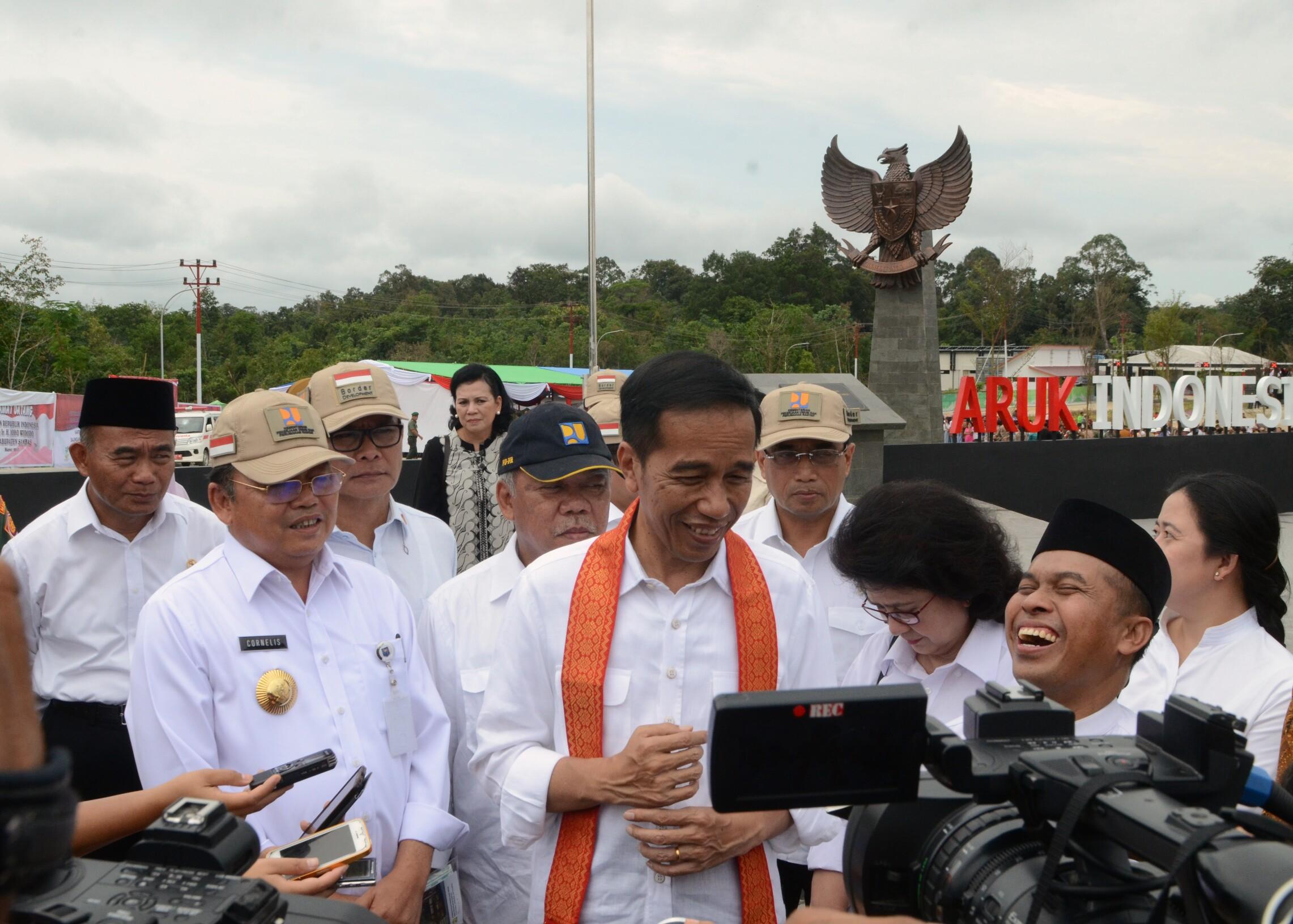 Presiden Jokowi saat menjawab pertanyaan wartawan di PLBN Aruk, Kalbar (17/3). (Foto: Humas/ Anggun)