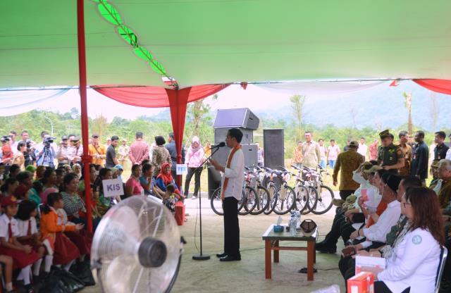 Presiden Jokowi menghadiri penyerahkan Kartu Indonesia Pintar (KIP), Kartu Indonesia Sehat (KIS), Pemberian Makanan Tambahan (PMT), dan Program Keluarga Harapan, di Kecamatan Sajingan Besar, Kabupaten Sambas, Kalbar, Jumat (17/1). (Foto: Humas/Deni)