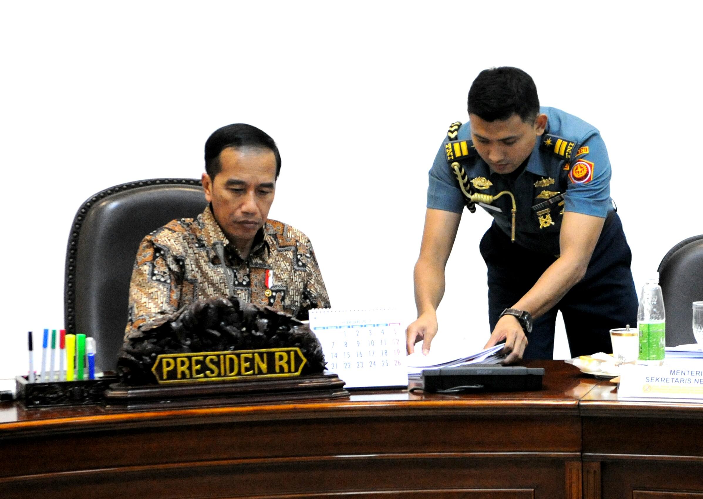Presiden Jokowi bersiap memimpin rapat terbatas membahas RUU Pertanahan, di Kantor Presiden, Jakarta, Rabu (22/3) sore. (Foto: Rahmat/Humas)