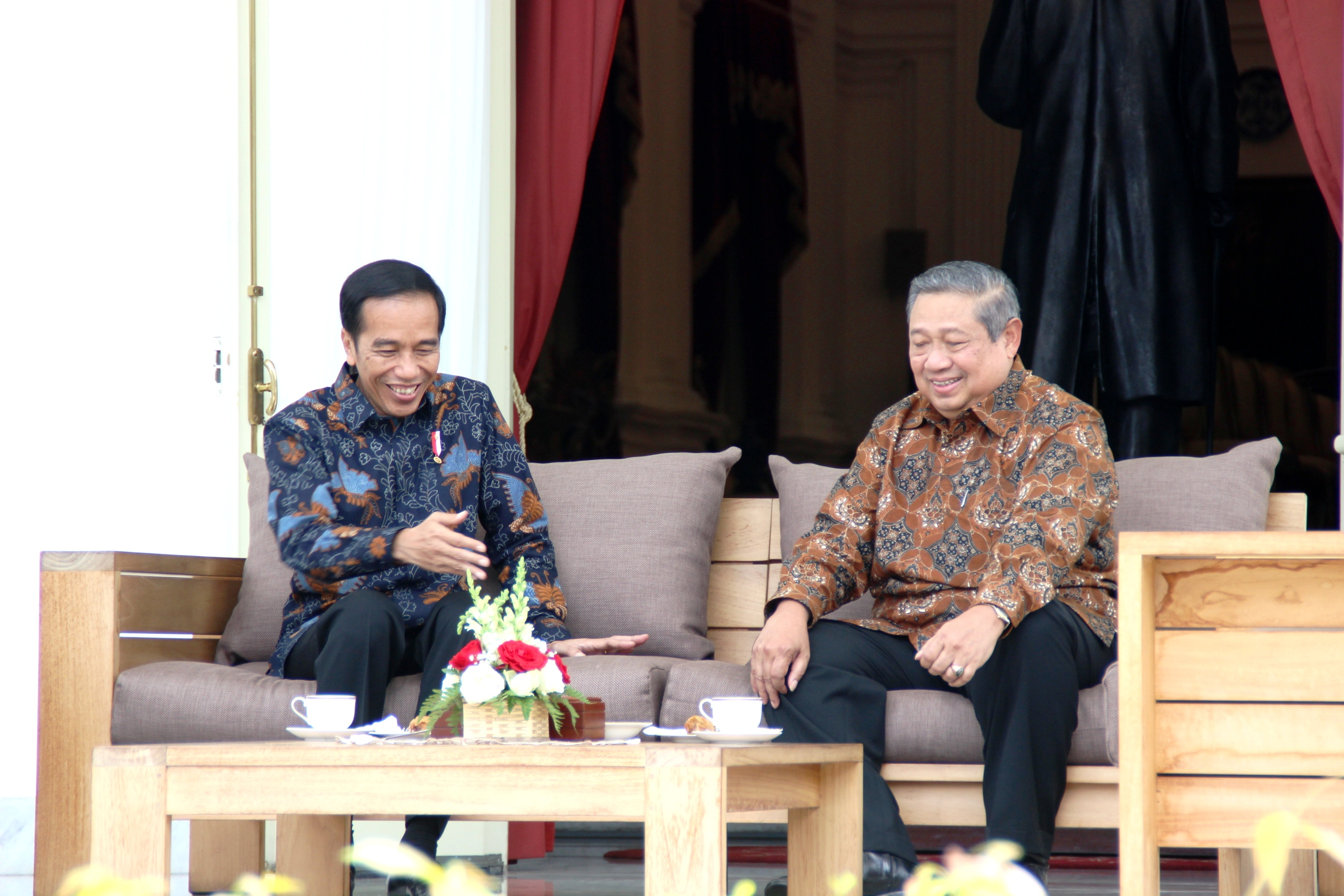 President Jokowi has a relax conversation with the 6thPresident of Indonesia Susilo Bambang Yudhoyono, at the back yard of the Merdeka Palace, Jakarta, on Thursday (9/3) afternoon (Photo: PR/Anggun)