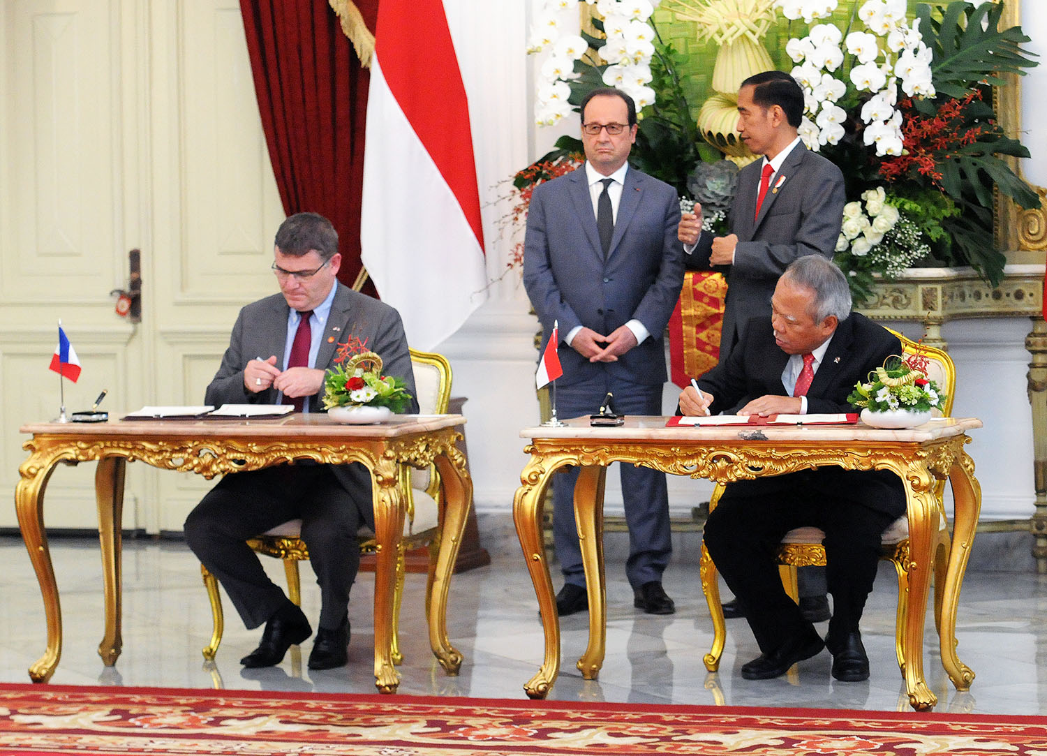President Jokowi and President of France François Hollande witness the signing of MoUs, at the Merdeka Palace, Jakarta, Wednesday (29/3) afternoon (Photo: Agung/PR)