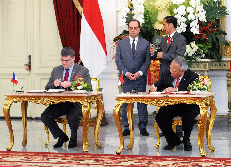 Presiden Jokowi dan Presiden Perancis Francois Hollande menyaksikan penandatangan kerjasama kedua negara, di Istana Merdeka, Jakarta, Rabu (29/3) siang. (Foto: Agung/Humas)
