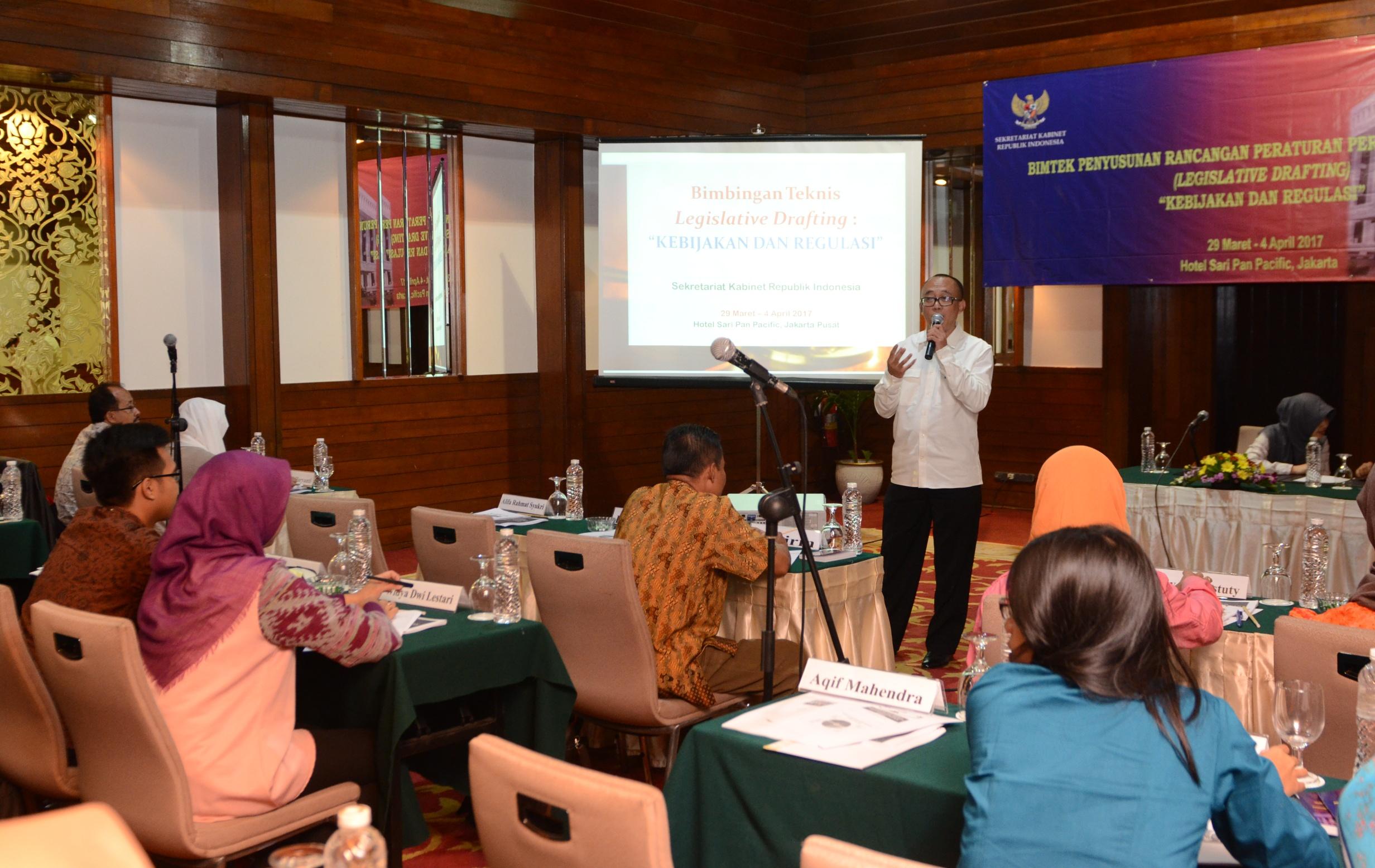"""Deputi bidang Administrasi Seskab Farid Utomo menyampaikan sambutan pada Bimtek Rancangan Peraturan Perundang-undangan """"Kebijakan dan Regulasi"""", di Hotel Sari Pan Pacific, Jakarta, Rabu (29/3) pagi. (Foto: JAY/Humas)"""