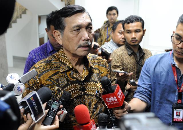 Menko Kemaritiman menjawab pertanyaan wartawan usai mengikuti Rapat Terbatas, di Kantor Presiden, Jakarta, Selasa (14/3). (Foto: Humas/Rahmat).