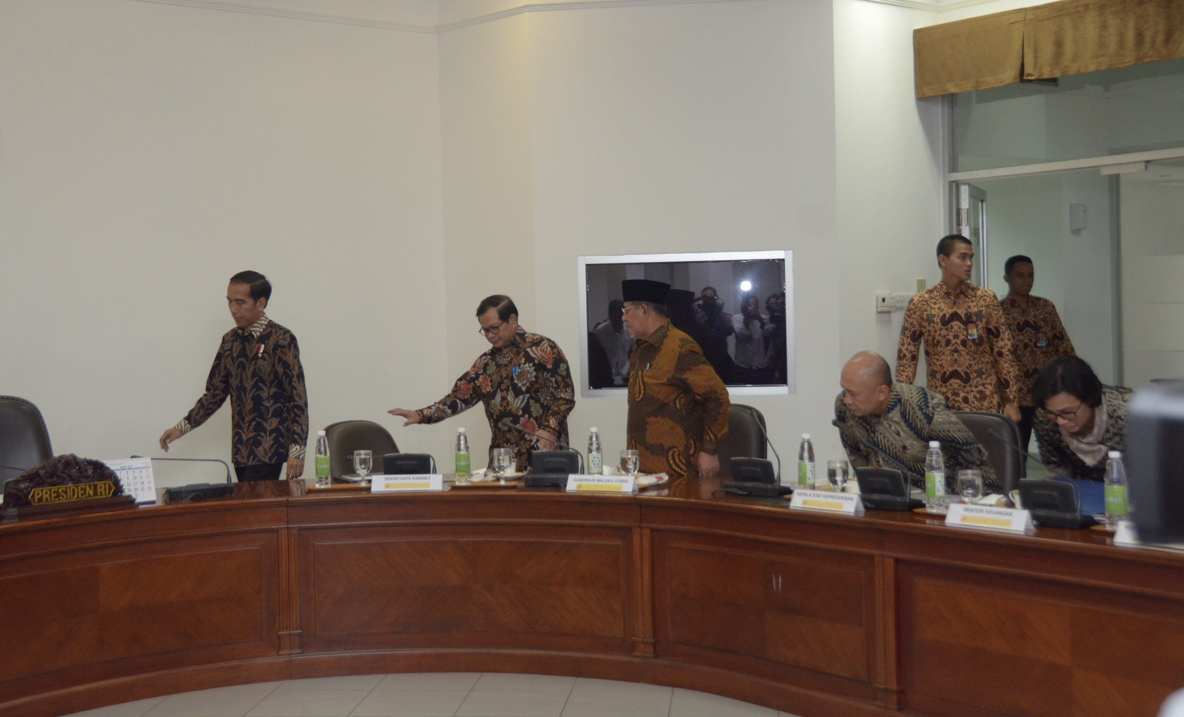 President Jokowi prepares to chair a limited meeting which was attended by Governor of North Maluku Abdul Ghani Kasuba, at the Presidential Office, Jakarta, Tuesday (28/2) afternoon. (Photo: JAY/PR)