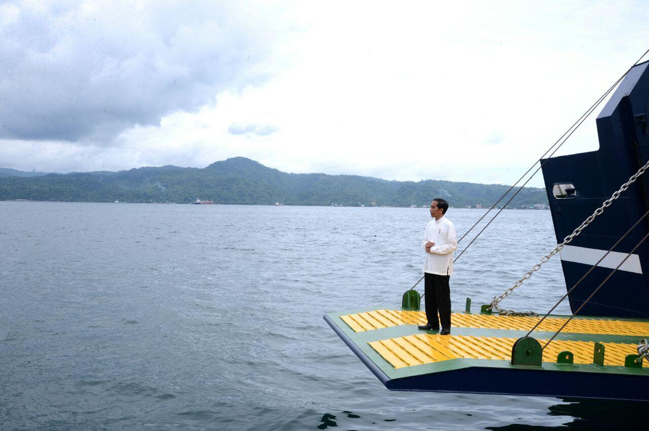 Presiden Jokowi di atas kapal di sebuah lokadi di Ambon, Maluku