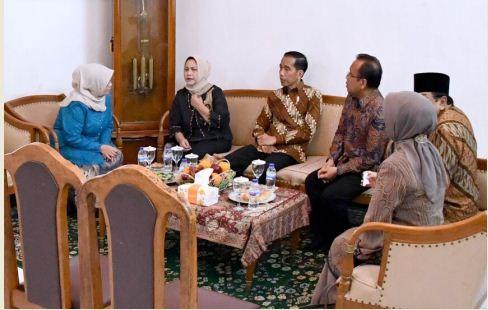 Presiden Jokowi dan Ibu Negara Iriana mendengarkan penjelasan dari istri KH Hasyim Muzadi, saat menjenguk anggota Wantimpres itu, di Malang, Jatim, Rabu (15/3) pagi. (Foto: Setpres)