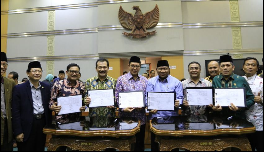 Minister of Religious Affairs Lukman Hakim Saifuddin and members of Commission VIII of the DPR show an agreement document DPR on the 2017 hajj price, on Friday (24/3). (Photo by: Public Relations Division of the Ministry of Religious Affairs)