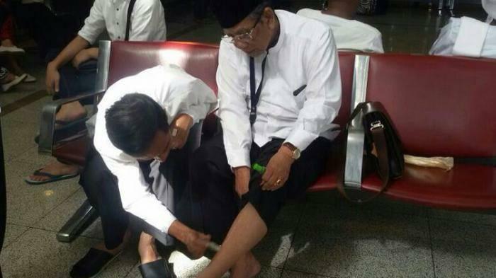 Foto kenangan Presiden Jokowi saat mengoles kaki KH Hasyim Muzadi dengan minyak kayu putih, pada suatu kesempatan. (Foto: Koleksi Pribadi Presiden Jokowi)