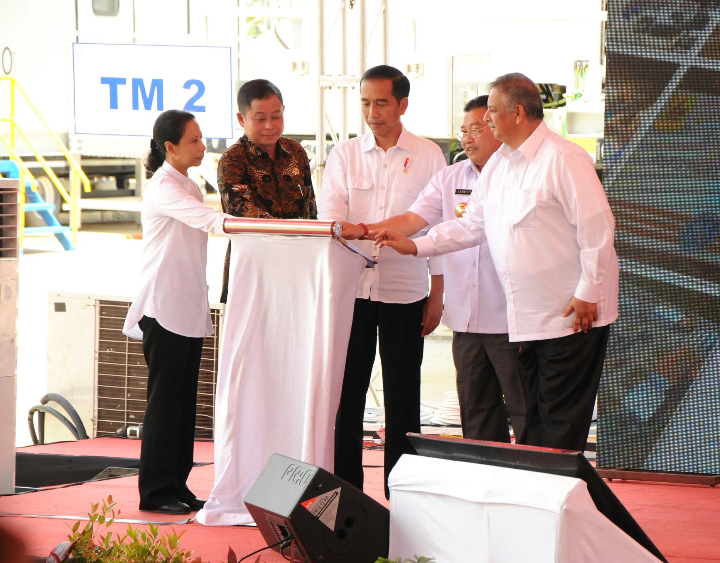 Presiden Jokowi saat memberikan sambutan pada peresmian Pembangkit Listrik Tenaga Gas Mobile Power Plant (PLTG MPP) Parit Baru 4 X 25 MW, di Kabupaten Mempawah, Kalimantan Barat (Kalbar), Sabtu (18/3) siang. (Foto: Humas/Rahmat)