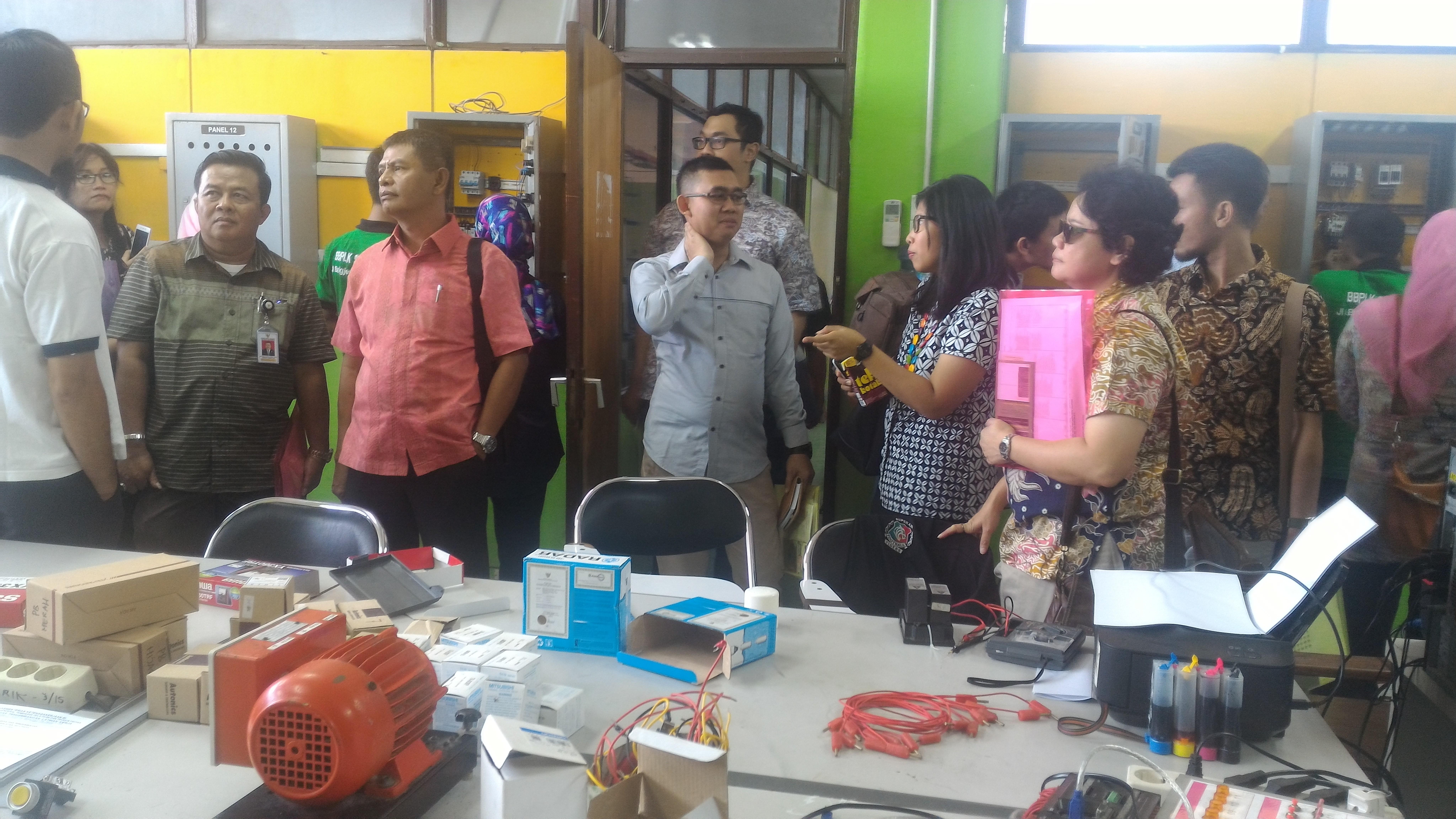 Para peserta Bakohumas meninjau ruang praktik kejuruan di BBPLK Semarang (10/3). (Foto: Humas/Edi)