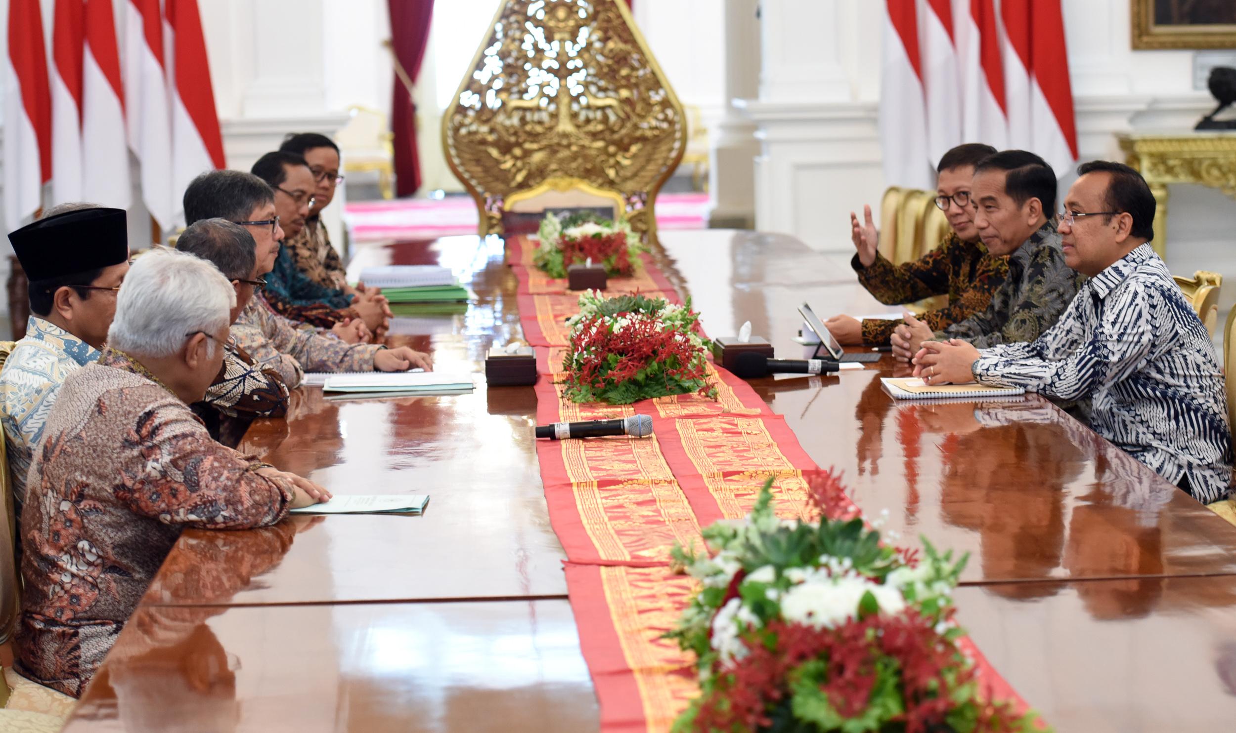 Presiden Jokowi didampingi Menag dan Mensesneg menerima calon anggota Badan Pelaksana dan Dewan Pengawas BPKH, di Istana Merdeka, Jakarta, Senin (13/3) siang. (Foto: Rahmat/Humas)