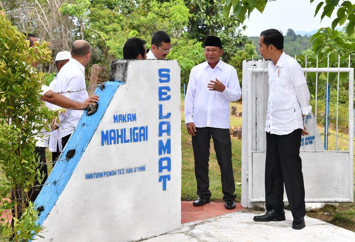 Presiden Jokowi saat meninjau pemakaman Mahligai di Barus, Sumatra Utara (24/3). (Foto: Setpres/BPMI)