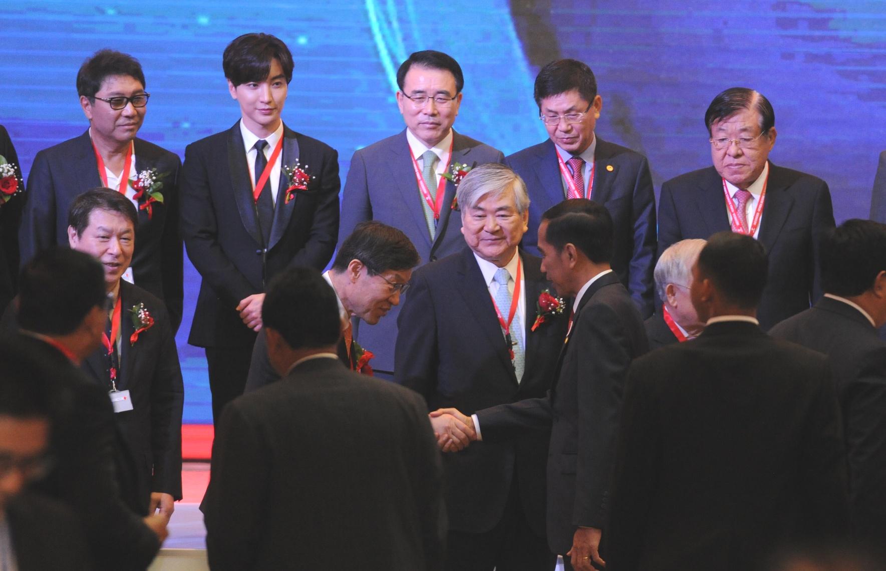 Presiden Jokowi saat menjadi pembicara kunci pada acara Indonesia Korean Business Summit 2017, di Ballroom Hotel Shangri-La, Jakarta, Selasa (14/3) . (Foto: Humas/Jay)