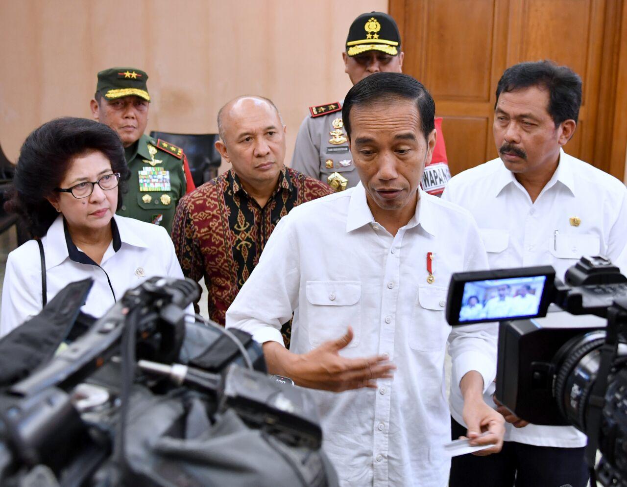 Presiden Jokowi memberikan pernyataan terkait aksi teror di London, saat singgah di Bandara Hang Nadim, Batam, Kamis (23/3) pagi. (Foto: Laily?Setpres)