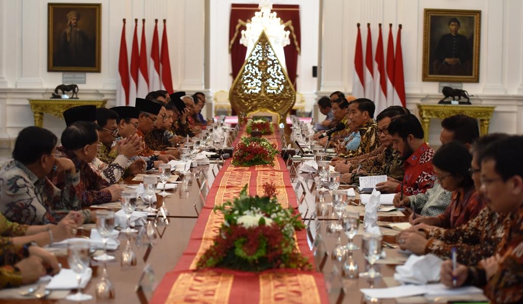 Presiden Jokowi didampingi Wapres Jusuf Kalla bersilaturahmi dengan pimpinan lembaga negara, di Istana Merdeka, Jakarta, Selasa (14/3) pagi. (Foto: Deny S/Humas)