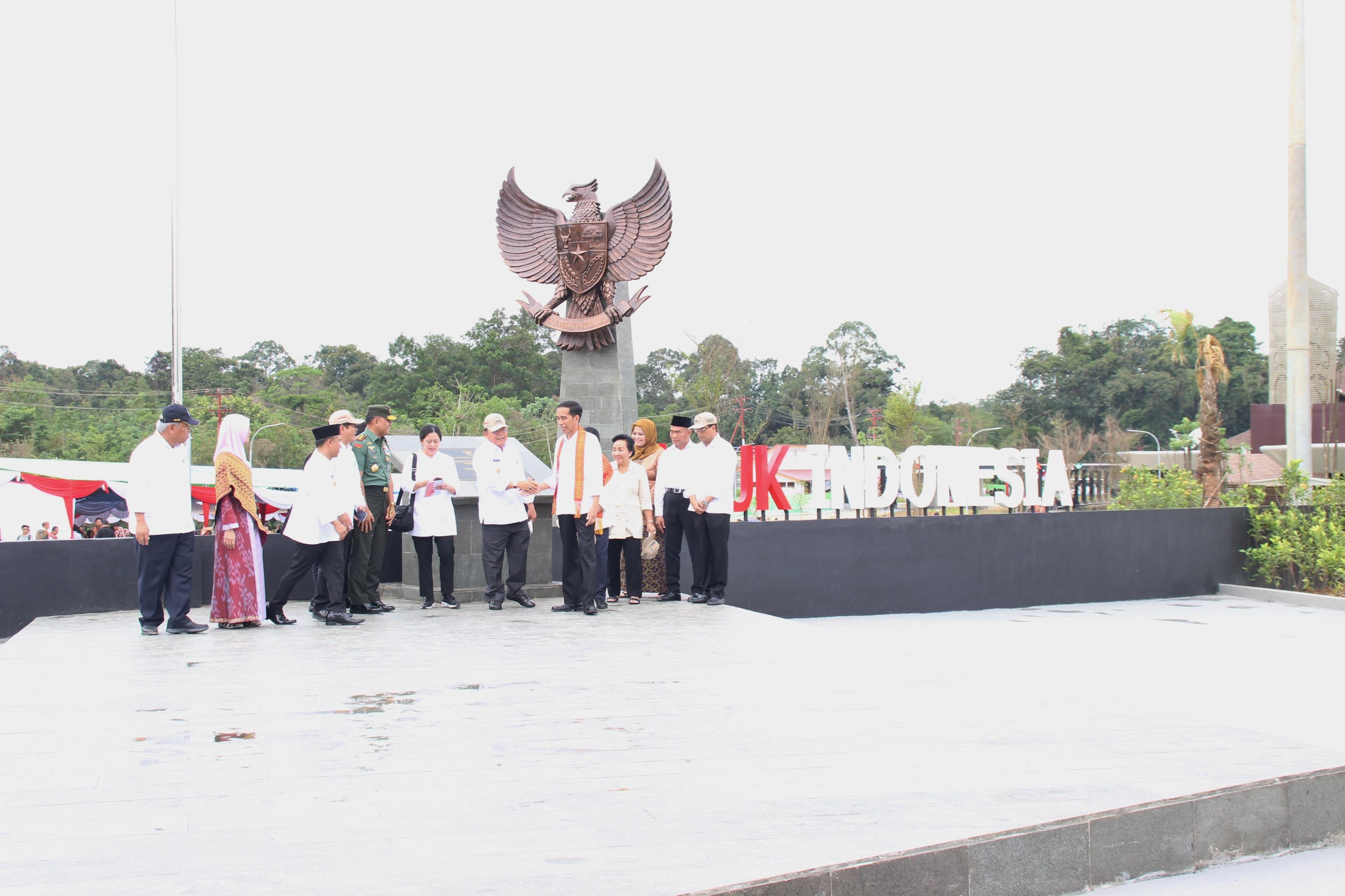 Presiden Jokowi, didampingi Ibu Negara Iriana, saat meresmikan Pos Lintas Batas Negara (PLBN) Terpadu Aruk, yang berlokasi Sajingan Besar, Kabupaten Sambas, Kalbar, Jumat (17/3). (Foto: Humas/Anggun)