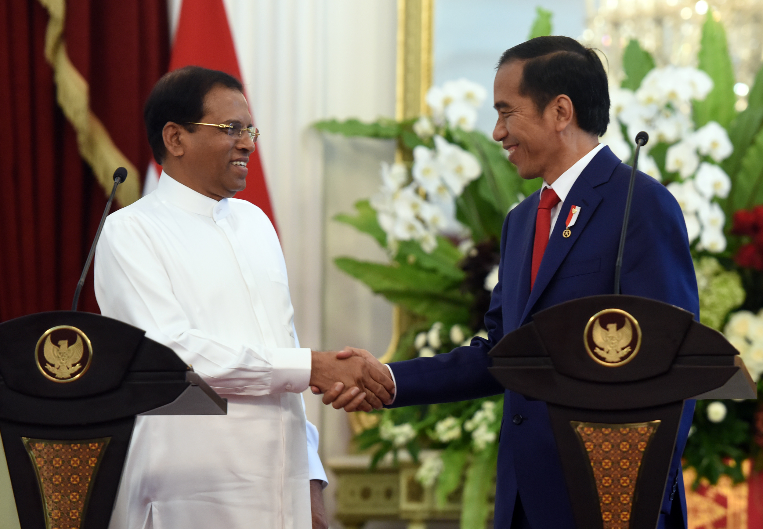 President Jokowi shakes hands with President of Sri Lanka Maithripala Sirisena after a joint press conference at Merdeka Palace, Jakarta, Wednesday (8/3). (Photo by: Rahmat/Public Relations Division)