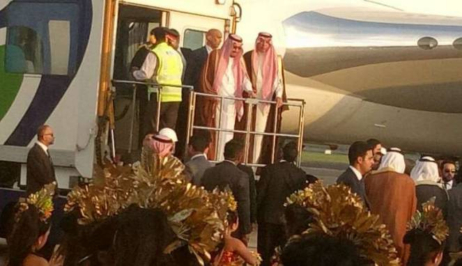 Raja Salman disambut Tari Pendet saat tiba di Bandara Ngurah Rai, Denpasar, Bali, Sabtu (11/3) lalu.