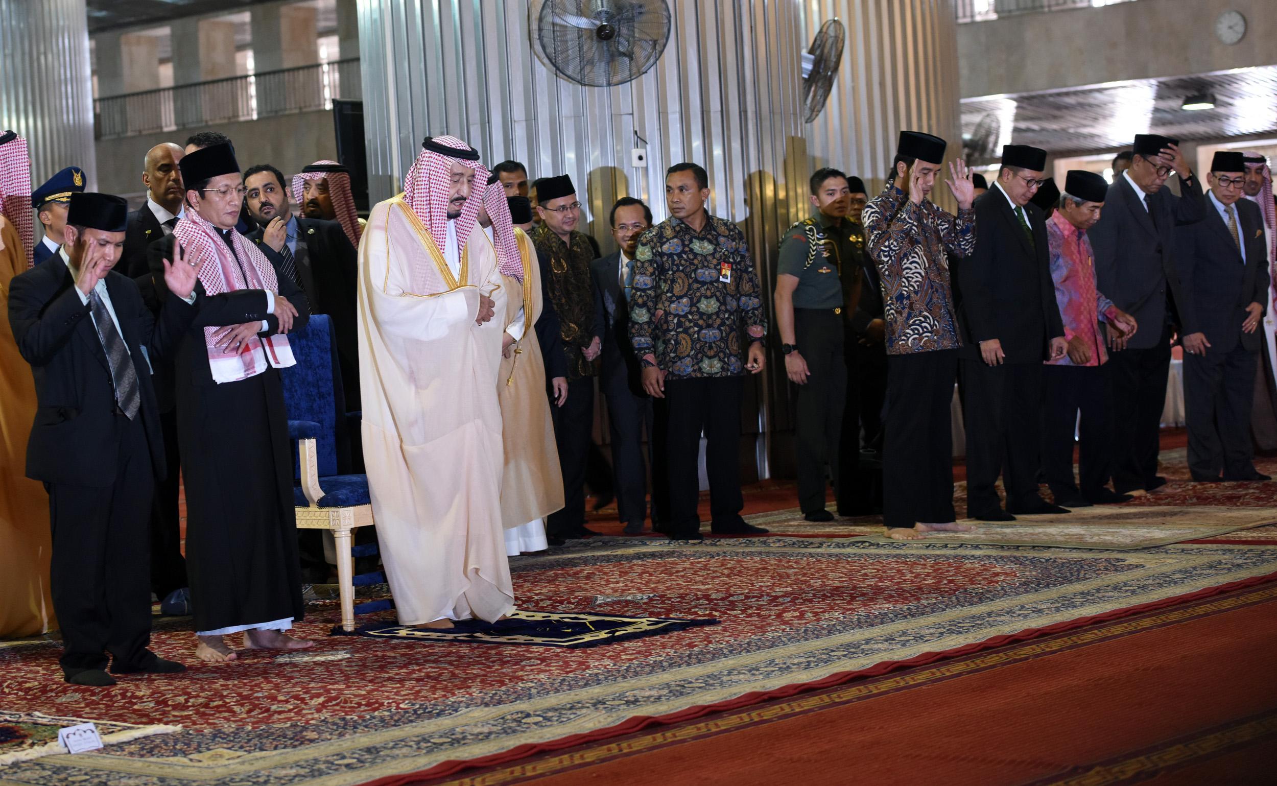 Raja Arab Saudi Salman Bin Abdul Aziz Al-Saud didampingi Presiden Jokowi menunaikan salat Tahiyatul Masjid, di Masjid Istiqlal, Jakarta, Kamis (2/3) siang. (Foto: Rahmat/Humas)